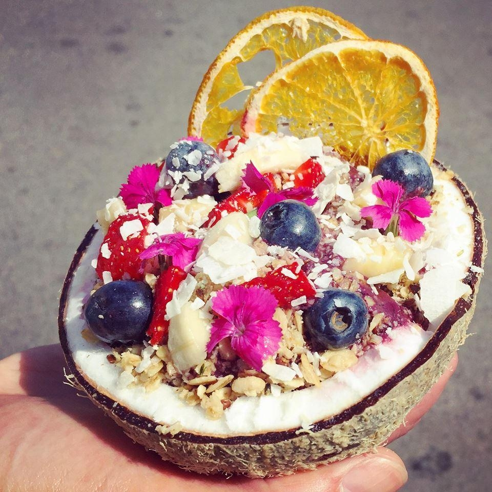 #fruitbowl #coconut #fruits #losangeles #travel #acai #amazebowls #healthyfood