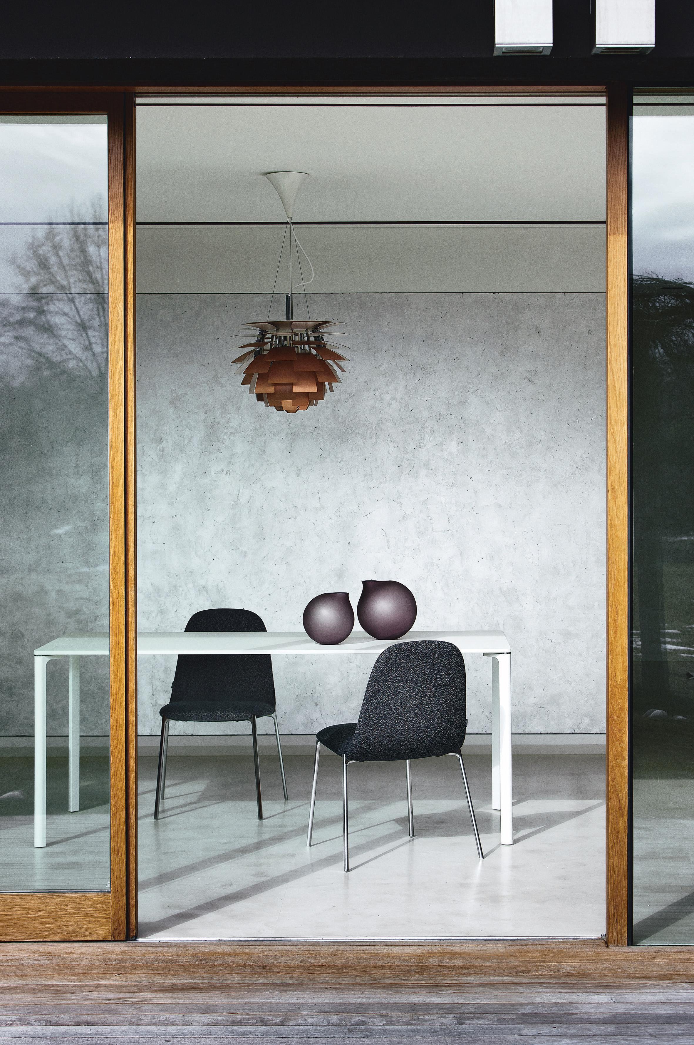 Futuristischer Minimalismus #esstisch #minimalistisch #esszimmerstuhl  #tisch #futuristisch #schiebetür #holzlampe