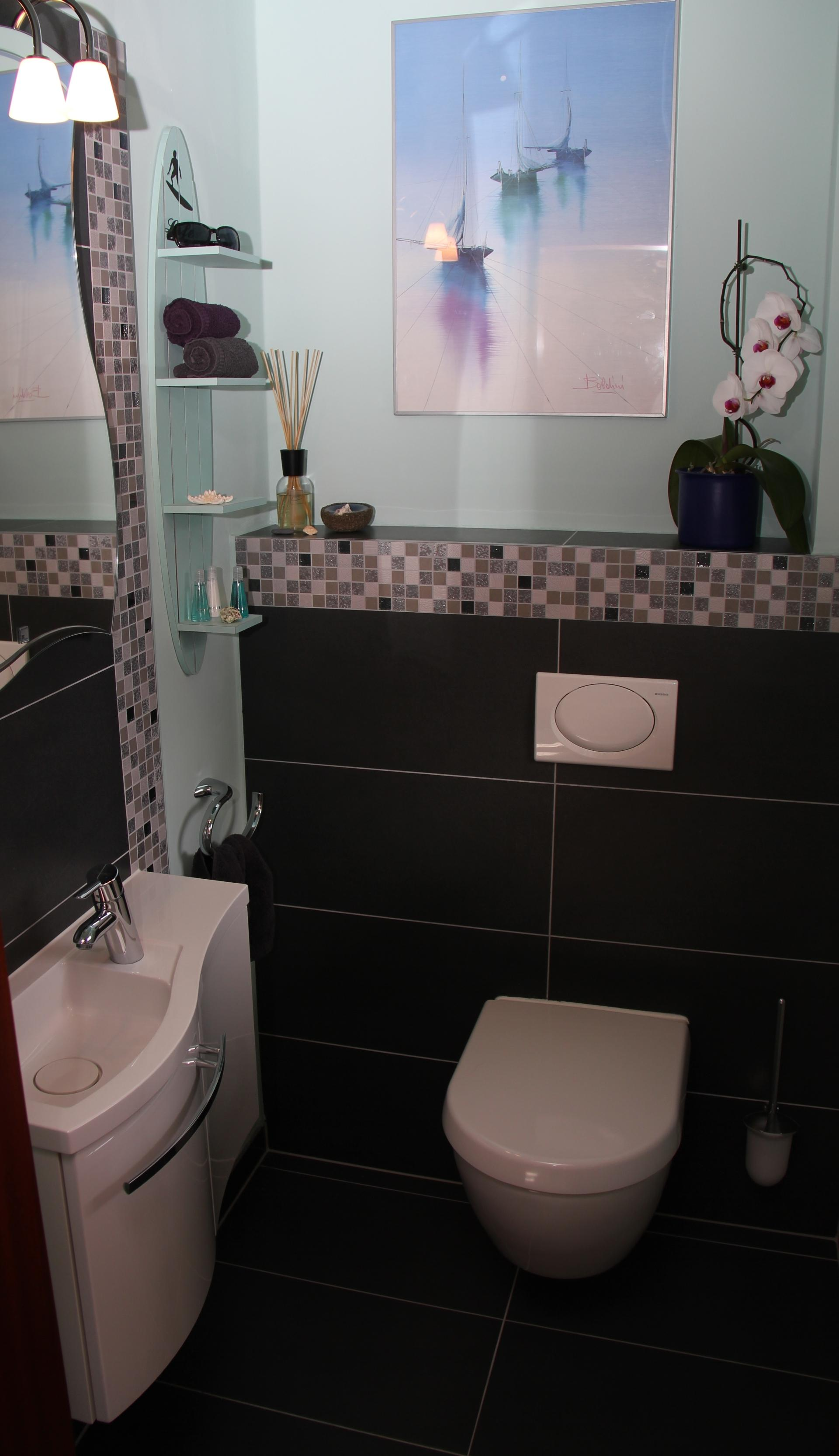 Gäste-WC in maritimer Optik #bad #mosaikfliesen #maritim #gästewc ©FENG SHUI & LIVING