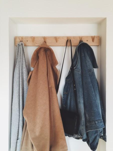 Garderobe. #home #entry #flur #hallway #urban #fashion #clothes #interior #zara #jeansjacke #cardigan #mango