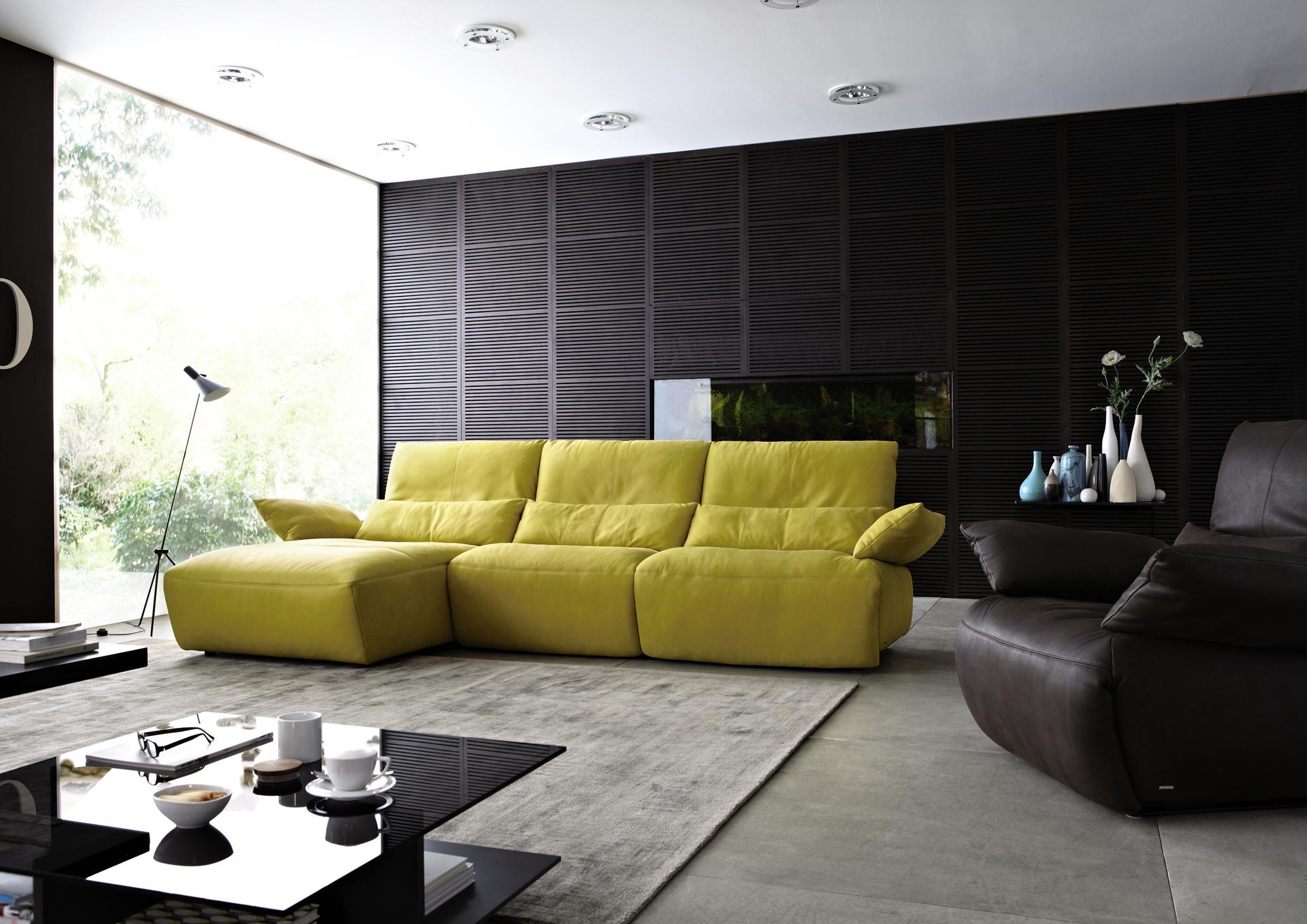 Gelbes Sofa In Kombination Mit Schwarzer Wand #couchtisch #teppich #sessel  #sofa #