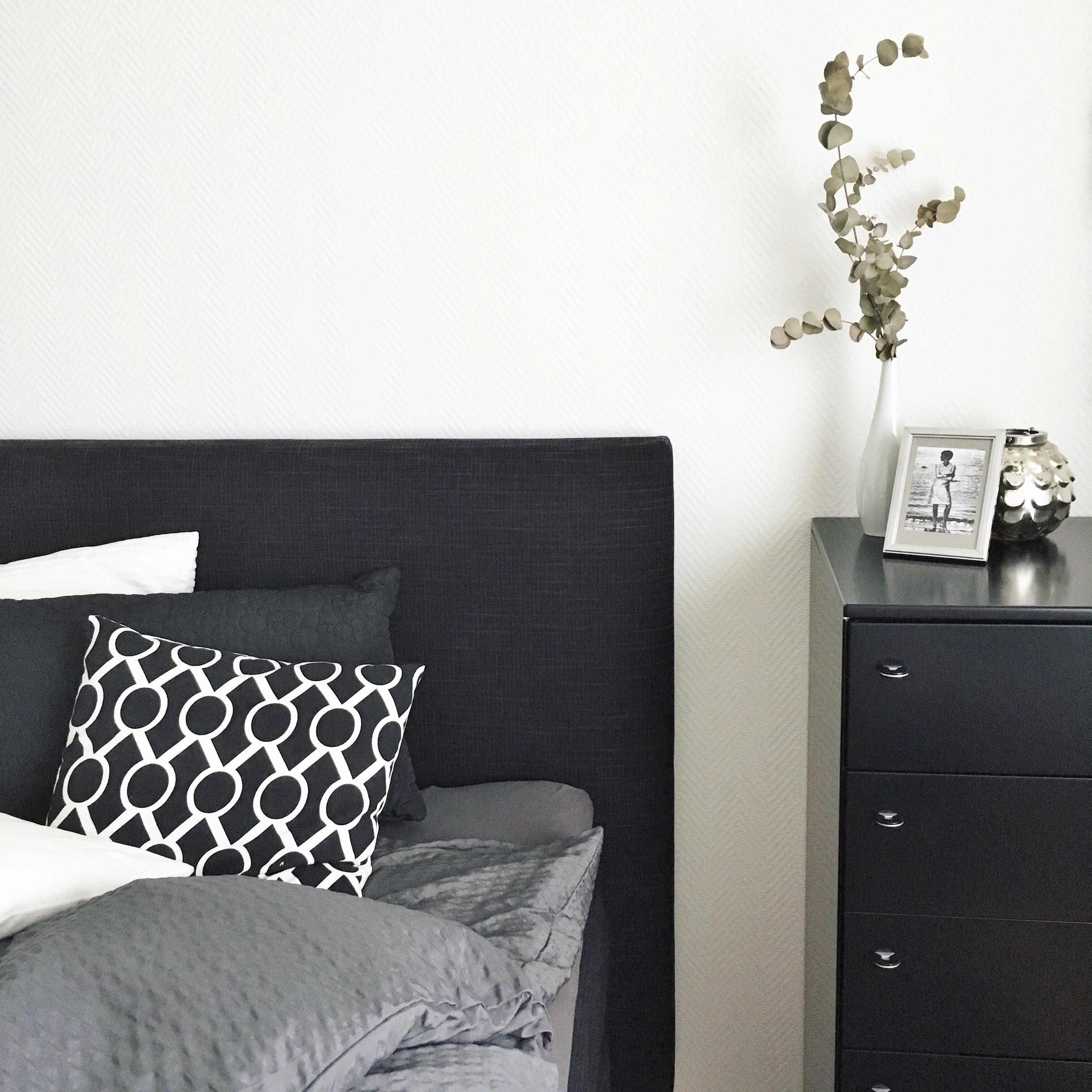 Gemütlich und warm trotz schwarz-weiß #schlafzimmer ...