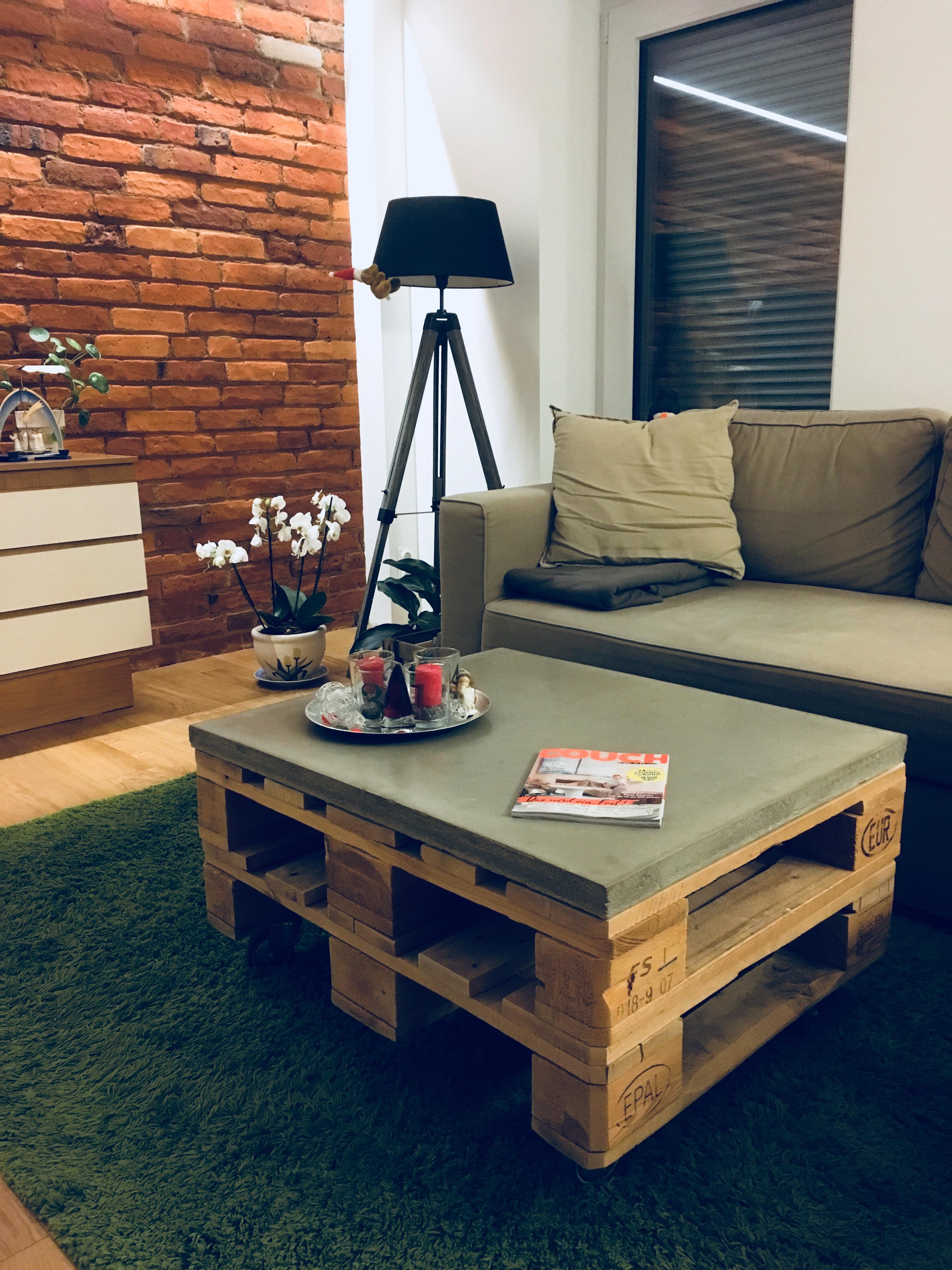 gemtlicher palettenbeton tisch frs wohnzimmer livingabc palettenmbel beton ikea - Wohnzimmer Paletten
