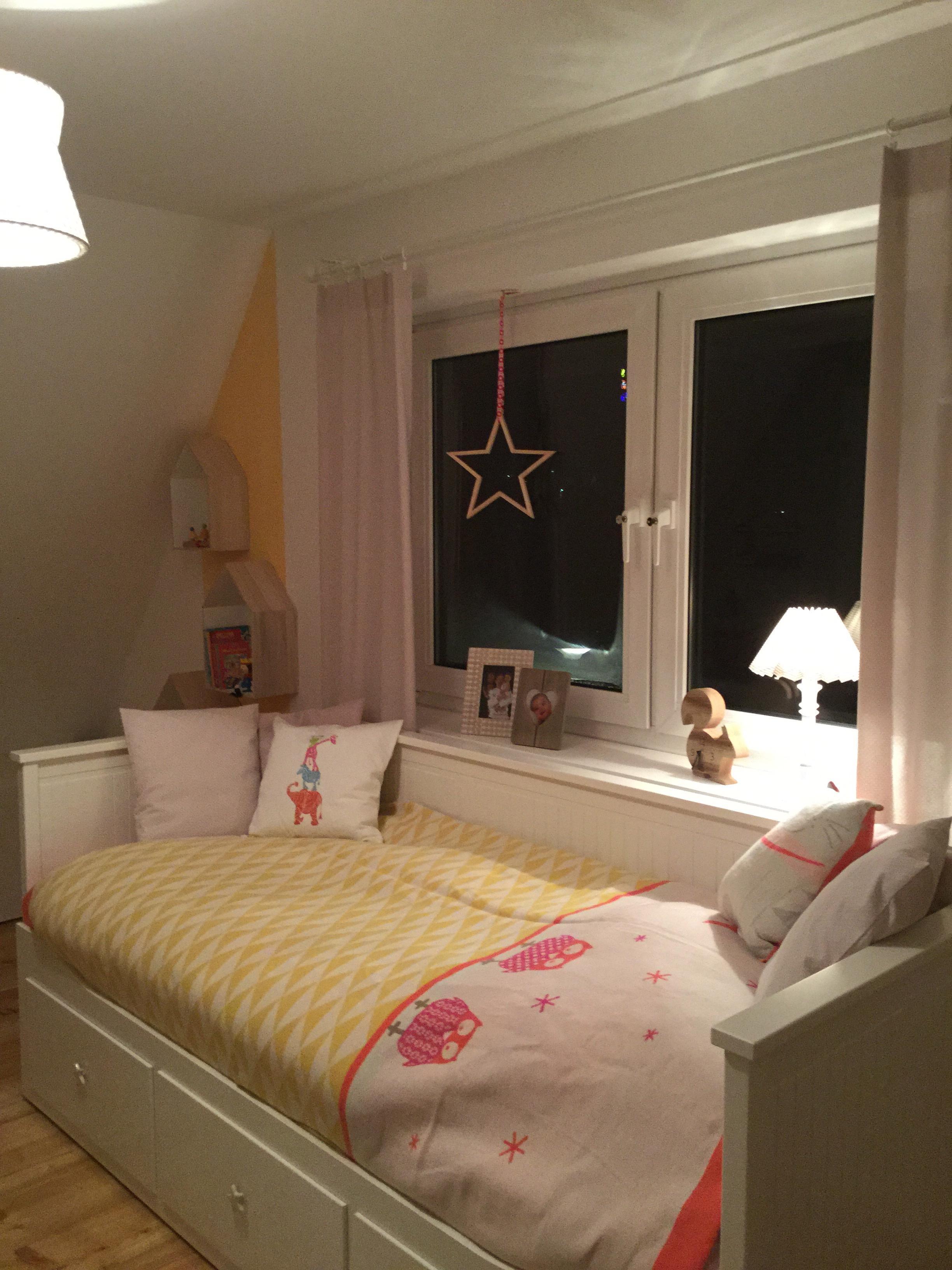 Gemütliches Bett Bett Regal Tagesdecke Kissen I