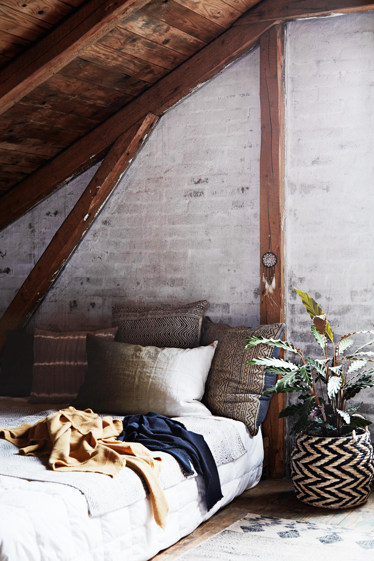 Gemütliches Bett Unter Der Dachschräge #bett #tagesdecke #kissen  #dachbalken #liegewiese #