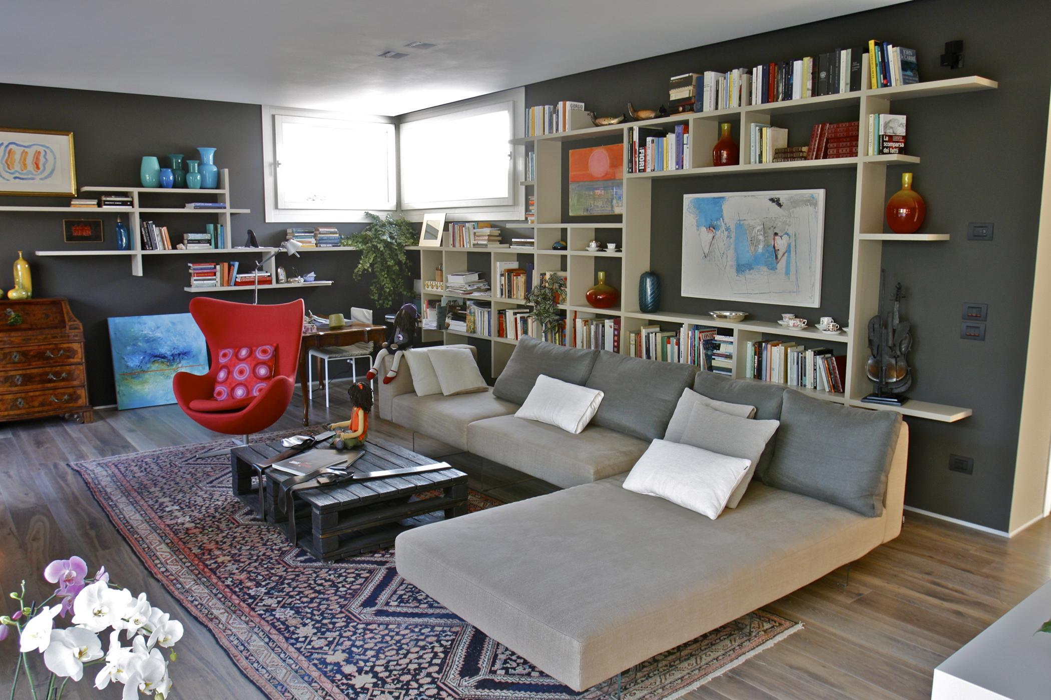 gemutliches lounge sofa couchtisch regal wandregal teppich aufbewahrung kommode