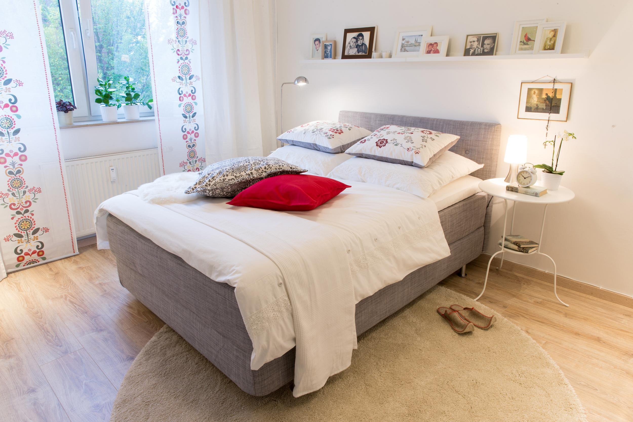 Gemütliches Schlafzimmer #bett #regal #teppich #bett...