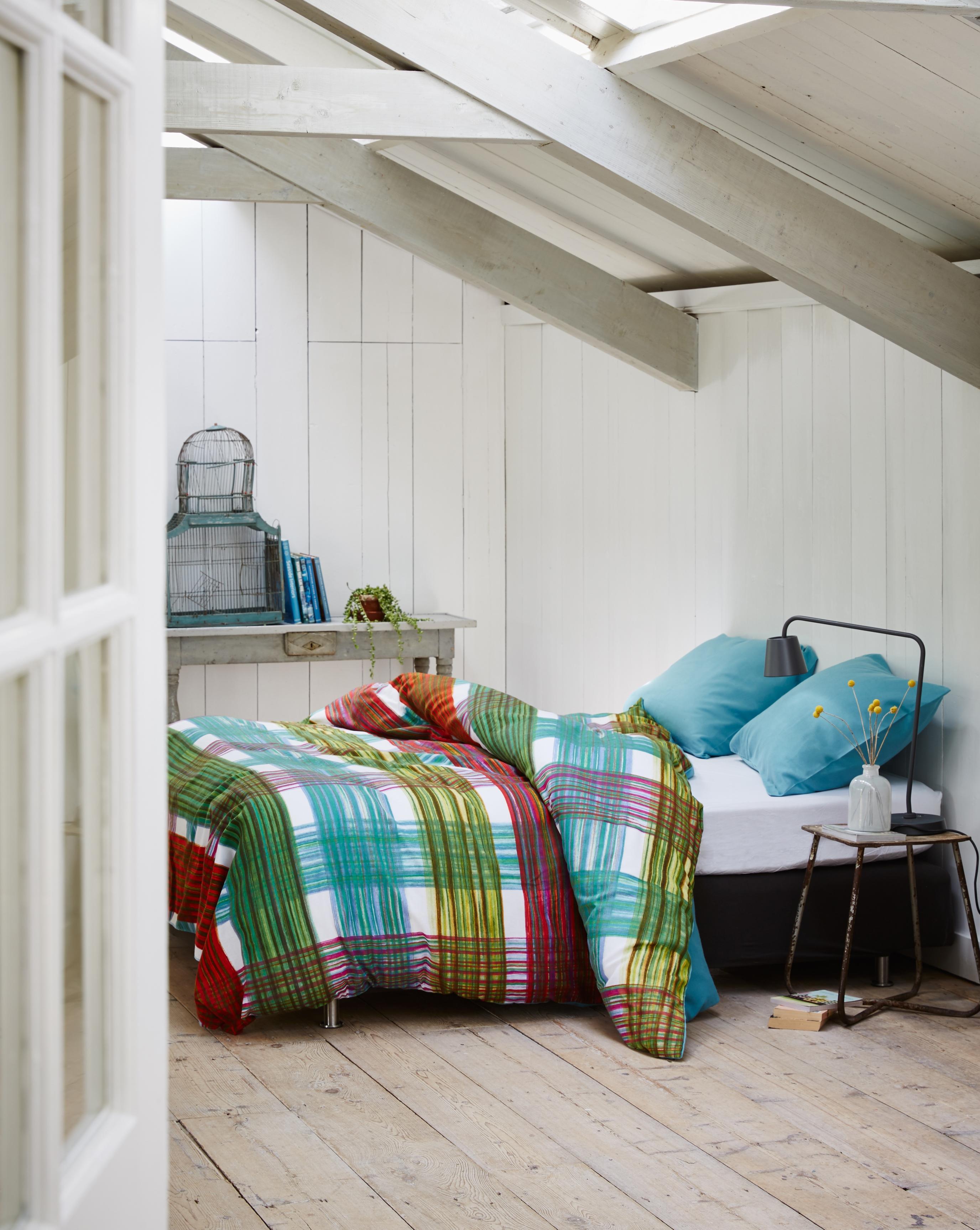 Gemütliches Schlafzimmer Unter Dem Dach #bett #dielenboden #bettwäsche  #buntebettwäsche #zimmergestaltung ©