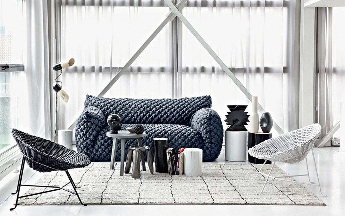 Gemütliches Wohnzimmer In Grautönen #beistelltisch #eklektisch #blauessofa  #weißerstuhl #italienischemöbel ©Gervasoni