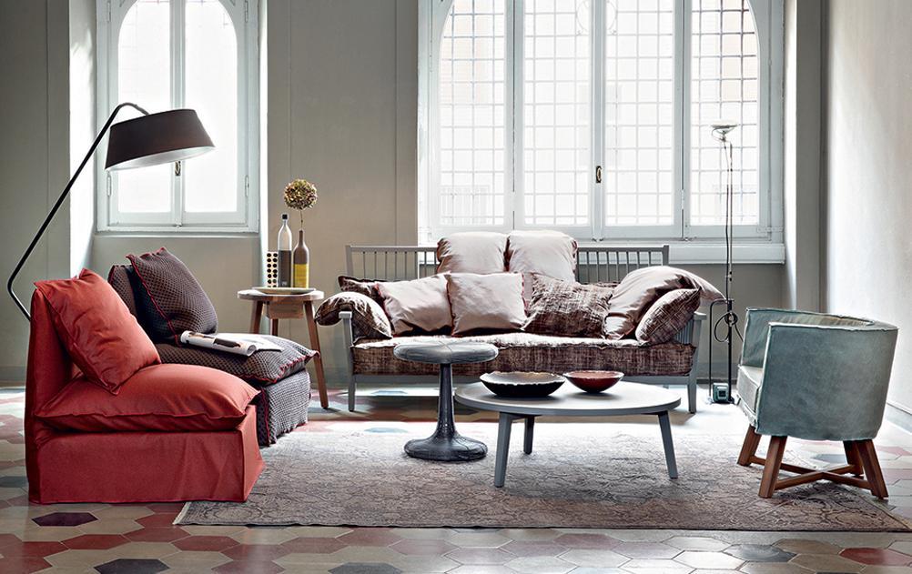 Gemütliches Wohnzimmer In Hellen Farben #couchtisch #sessel #kissen #sofa  #rotersessel ©