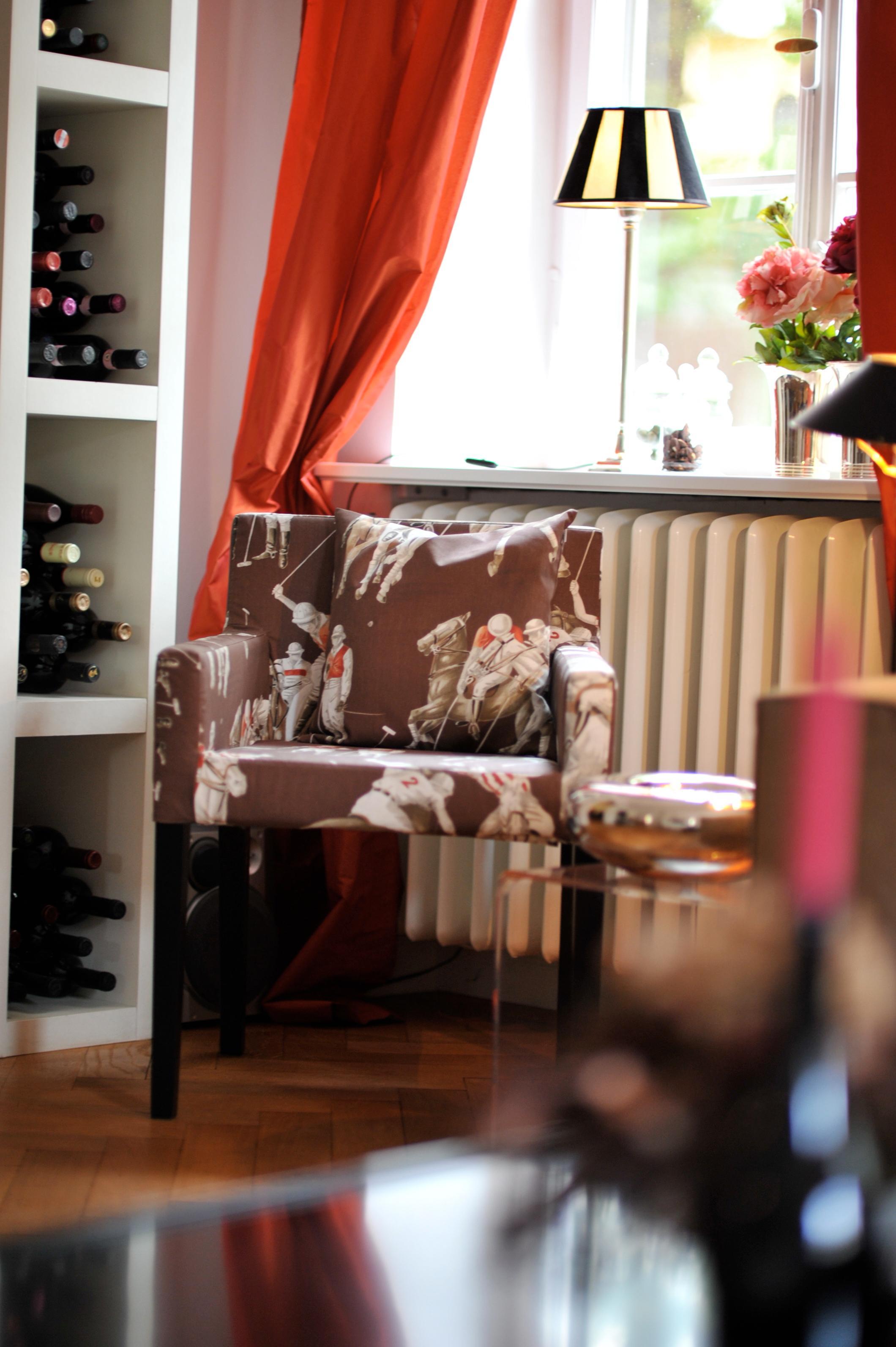 Gemusterter Sessel Fr Das Wohnzimmer Stuhl Kissen Vorhang Ikea