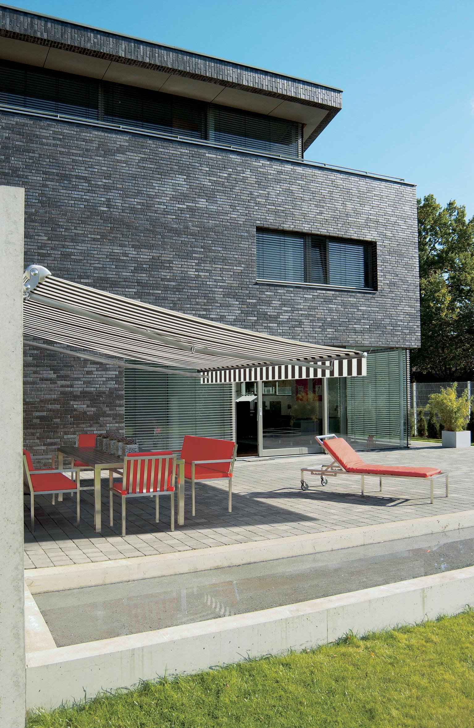 Gestreifte Markise #terrassenmöbel #steinterrasse ©Markilux