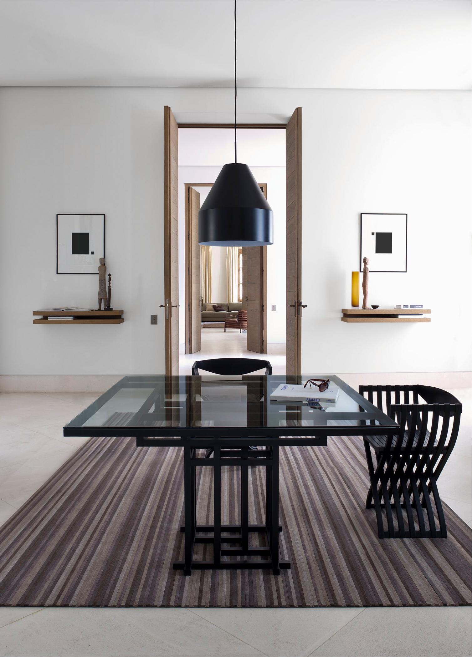 gestreifter teppich in braun stuhl esstisch glast. Black Bedroom Furniture Sets. Home Design Ideas
