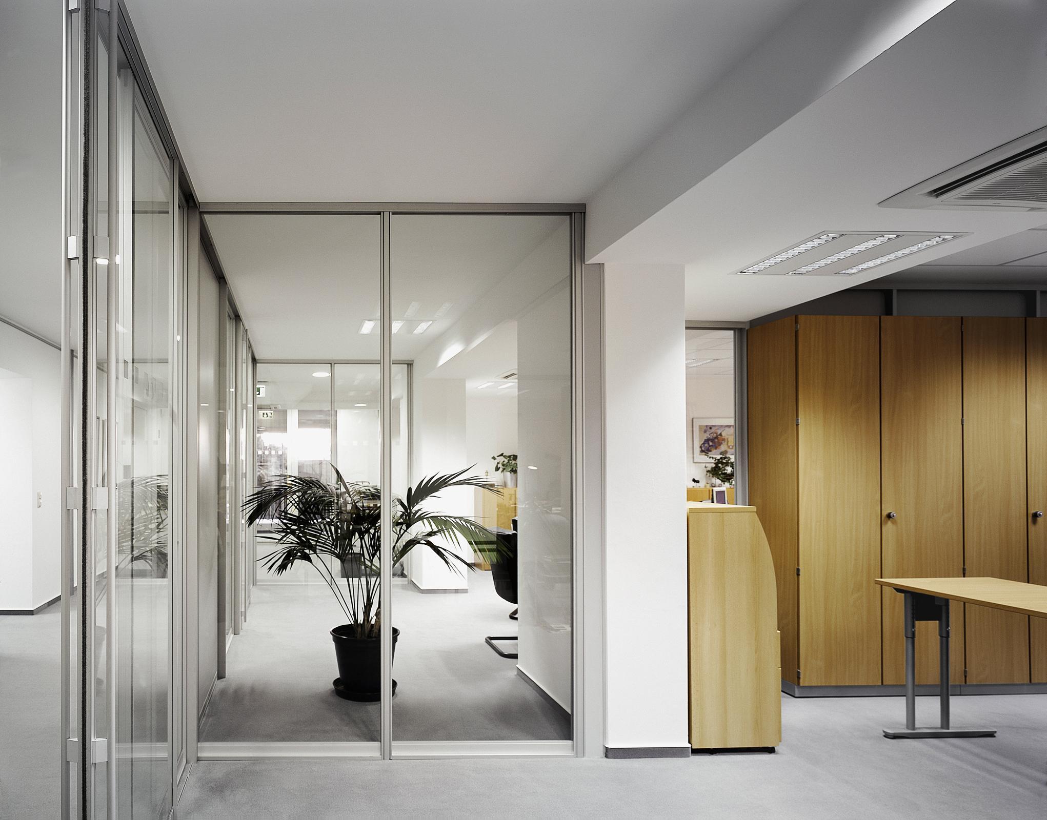 Entzückend Glaswand Wohnzimmer Ideen Von Als Raumtrenner #glaswand #raumteiler #glastür ©
