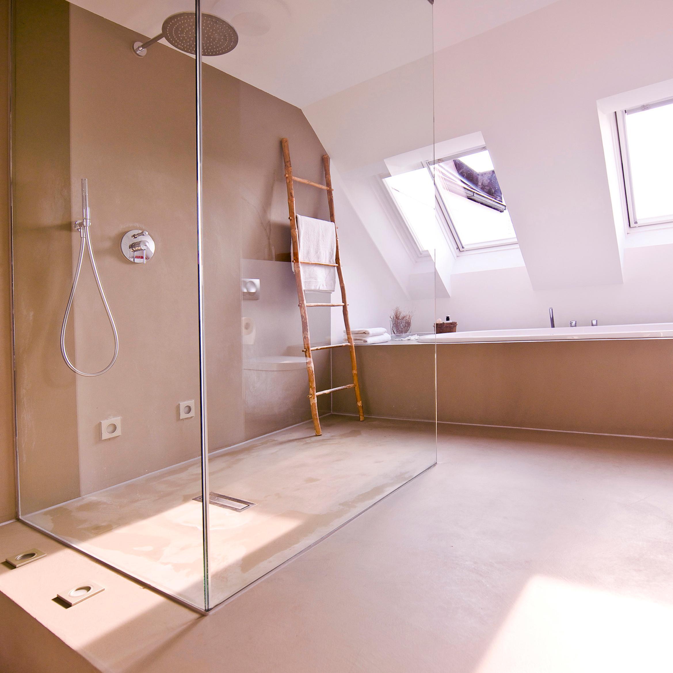 große Dusche #dachschräge #betonboden #badewanne #ba...