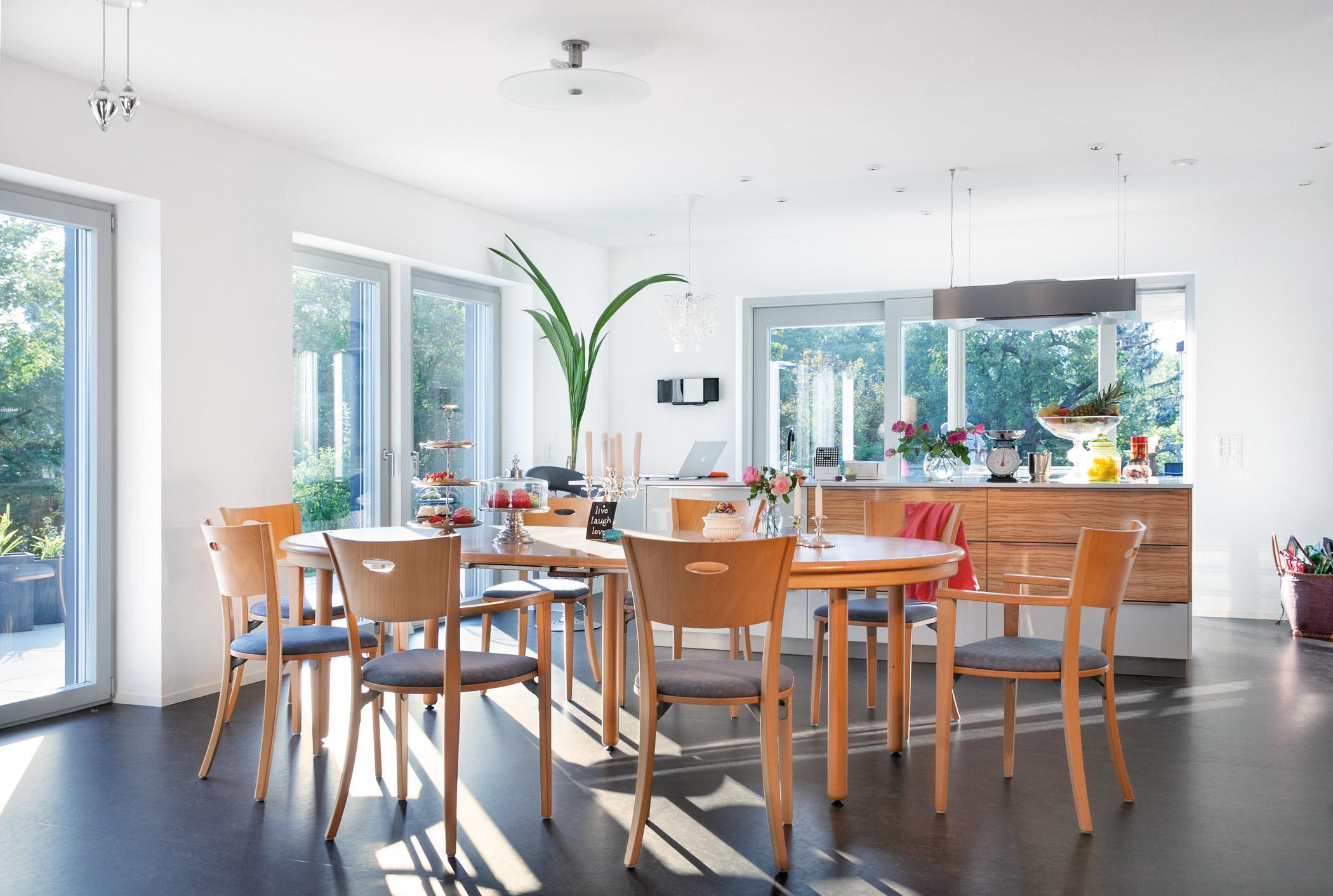 Großer Holztisch Im Esszimmer #küche #esstisch #sideboard #lampe  #bodentiefefenster ©SchwörerHaus