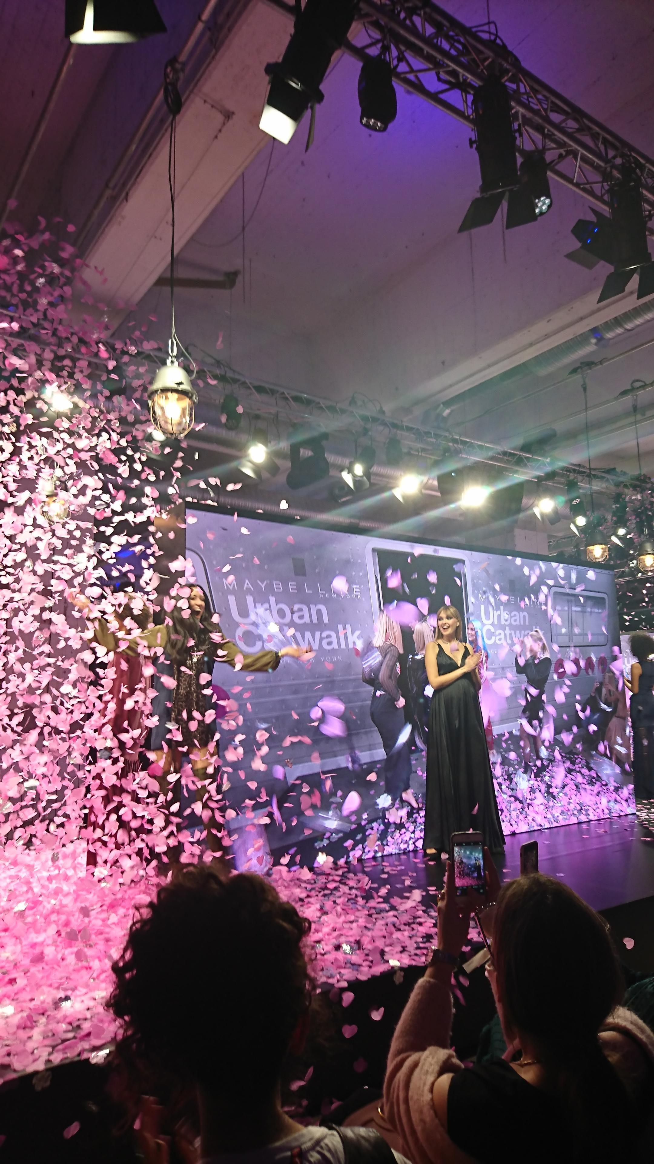 Großes Finale der Maybelline-Show in Berlin! #maybelline #berlinfashionweek #trends #urbancatwalk #makeup #party