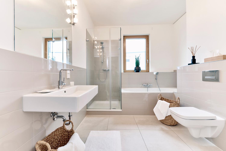 Gro es helles badezimmer badezimmer michael pfeiff for Gestaltung bad