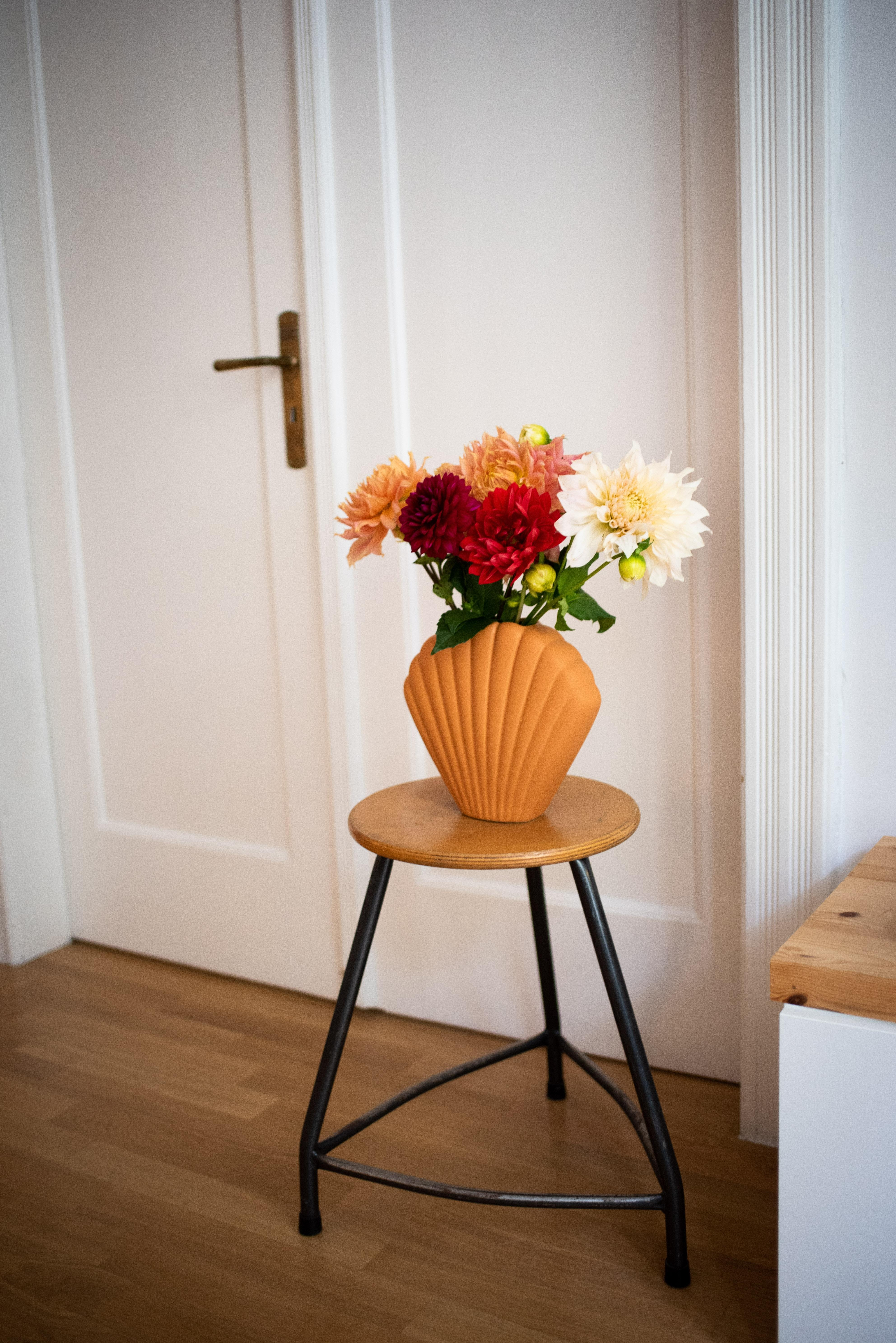 Happy Friday #freshflowerfriday #vase #deko #vintage #vintagehocker #slowliving #wohnzimmer