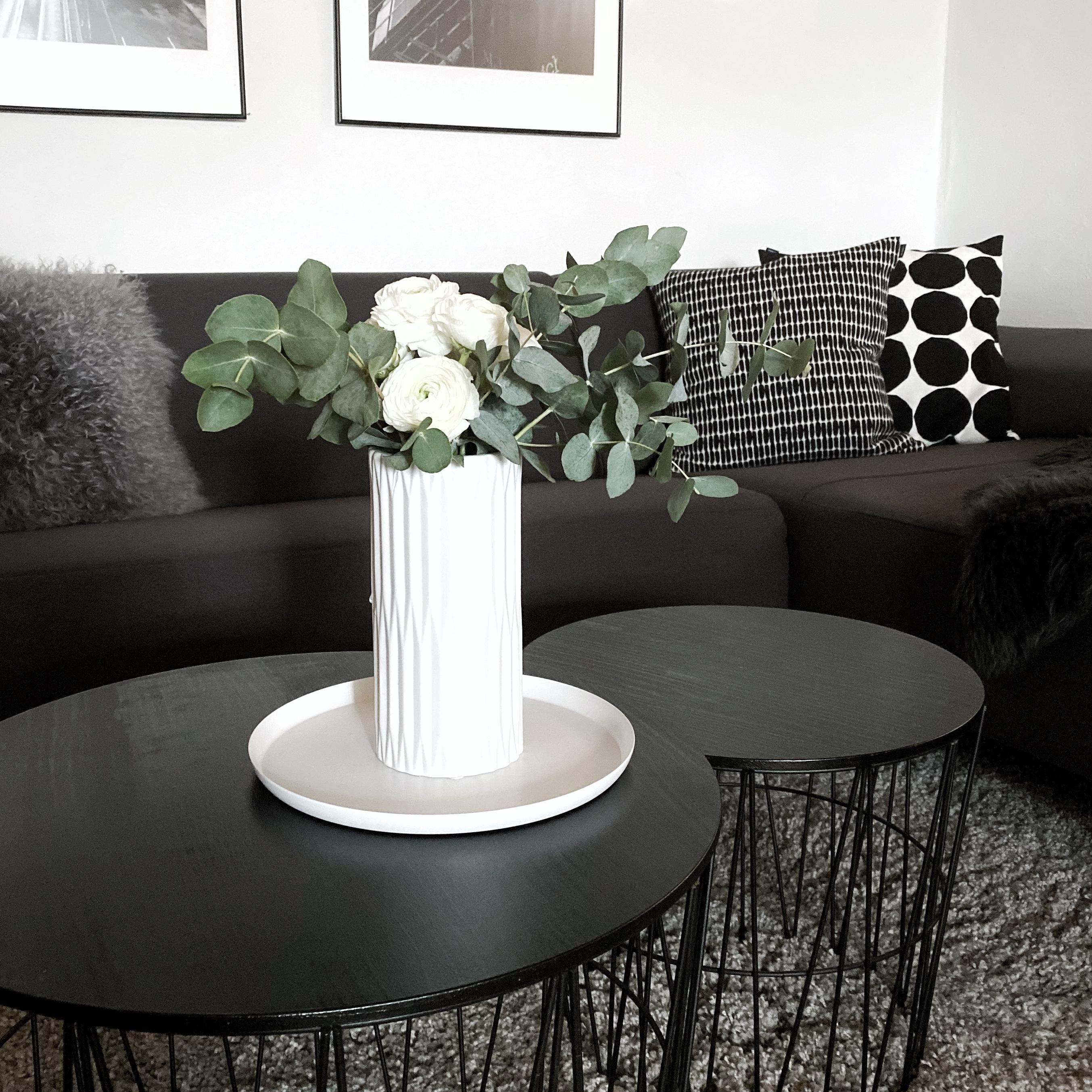 Happy Weekend! Ab aufs Sofa! 🖤 #freshflowers #couch #sofa #kissen #monochrom #skandinavisch #scandi #vase #eukalyptus