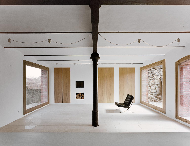 haus stein druxberg fensterfront architektenhaus wohnzimmer altbau lehmputz naturmaterial grose fenster wohnzimmer - Haus Wohnzimmer Grose