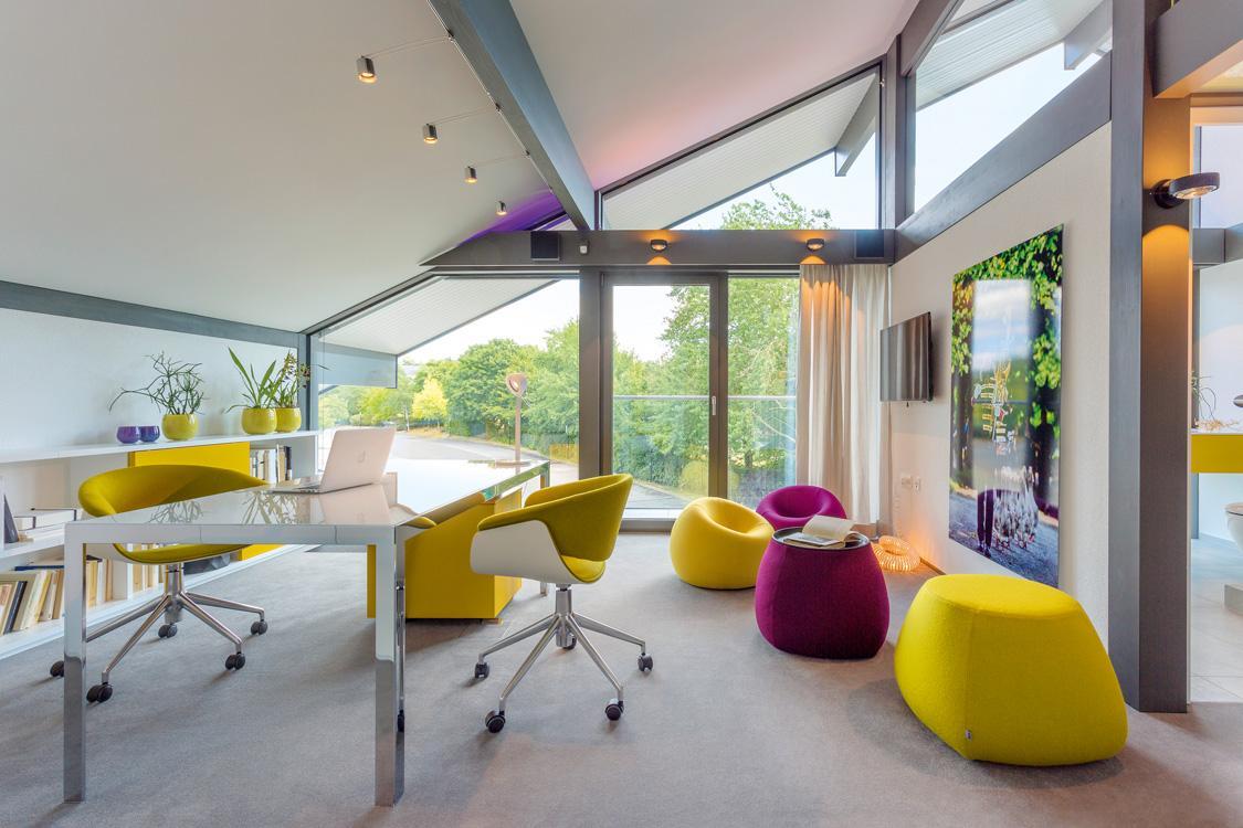 Wunderschön Fensterfront Ideen Von Helles Arbeitszimmer Mit Bunten Sitzgelegenheiten #fensterfront #dachschräge