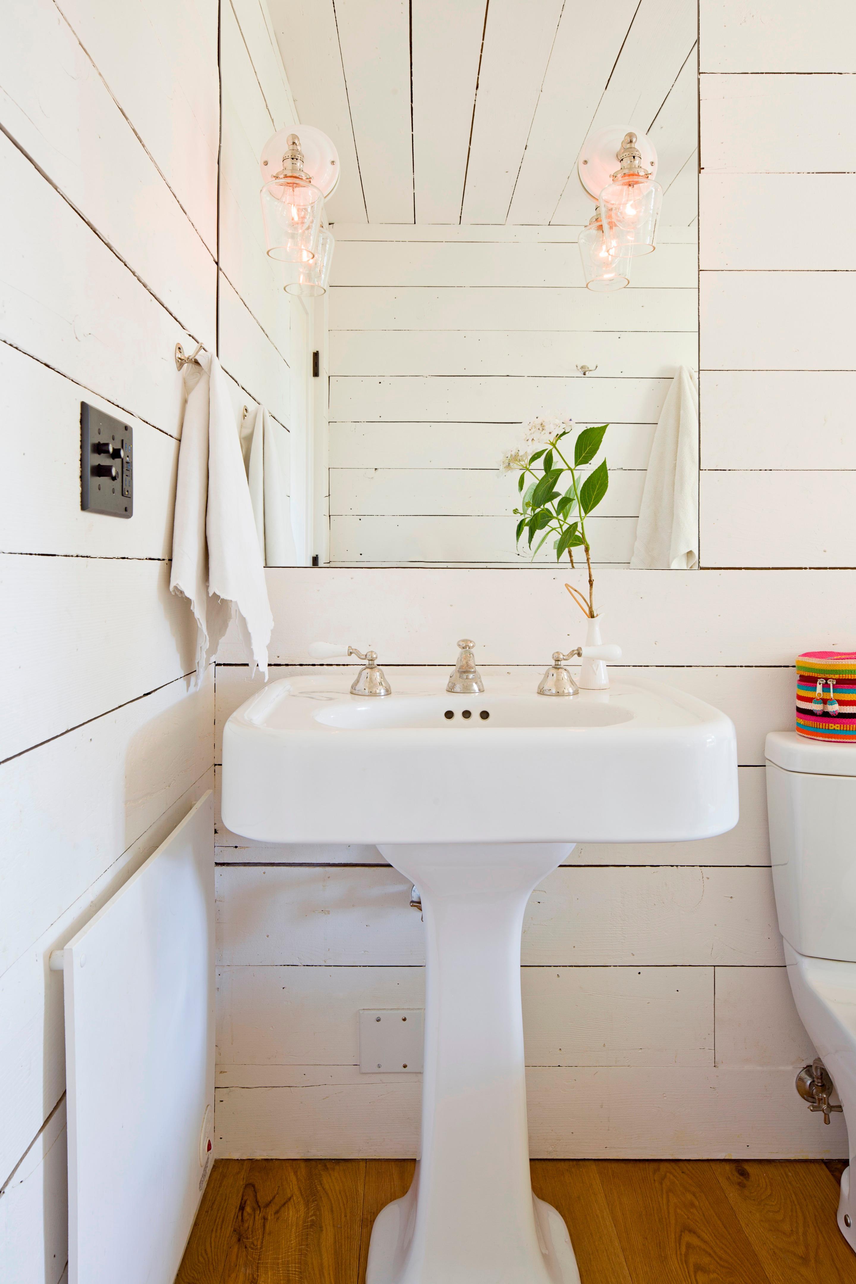 Helles Badezimmer Im Natürlichen Landhausstil #badezimmer #shabbychic  #kleinesbadezimmer ©Lincoln Barbour/Jessica