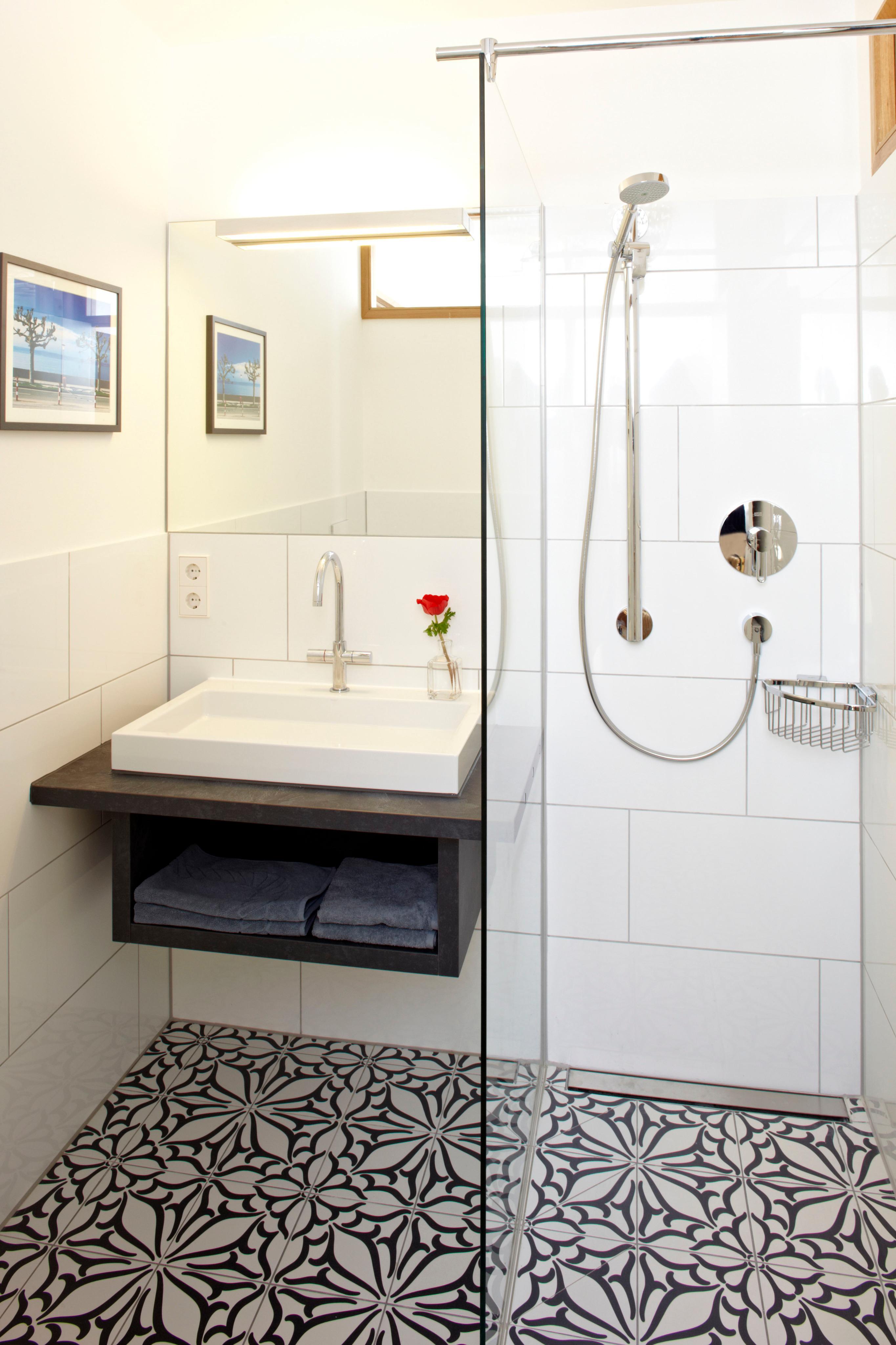 Helles innenliegendes Bad dusche oberlicht bodenf...
