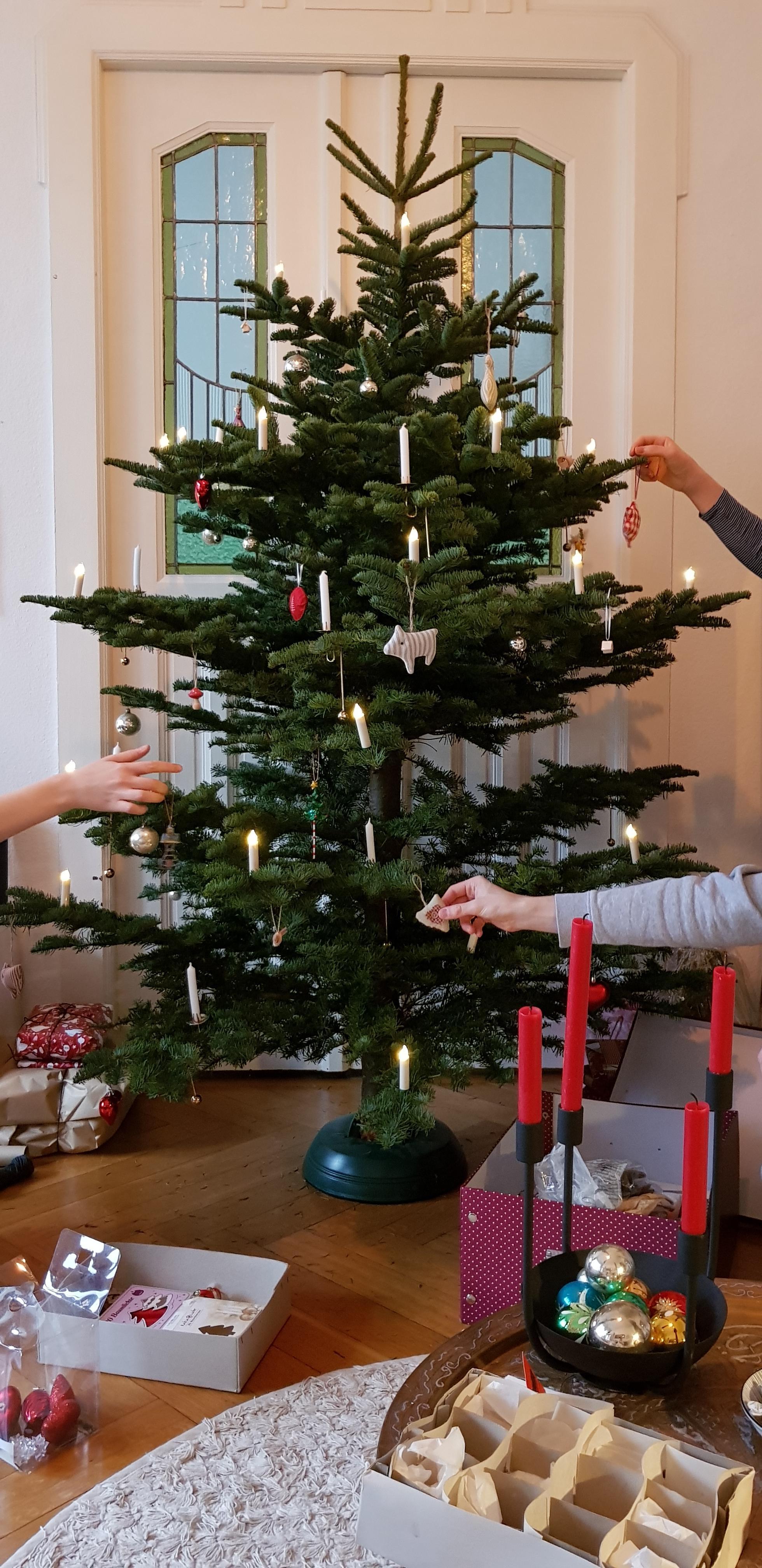 weihnachtsbaum schm cken so wird 39 s heimelig. Black Bedroom Furniture Sets. Home Design Ideas