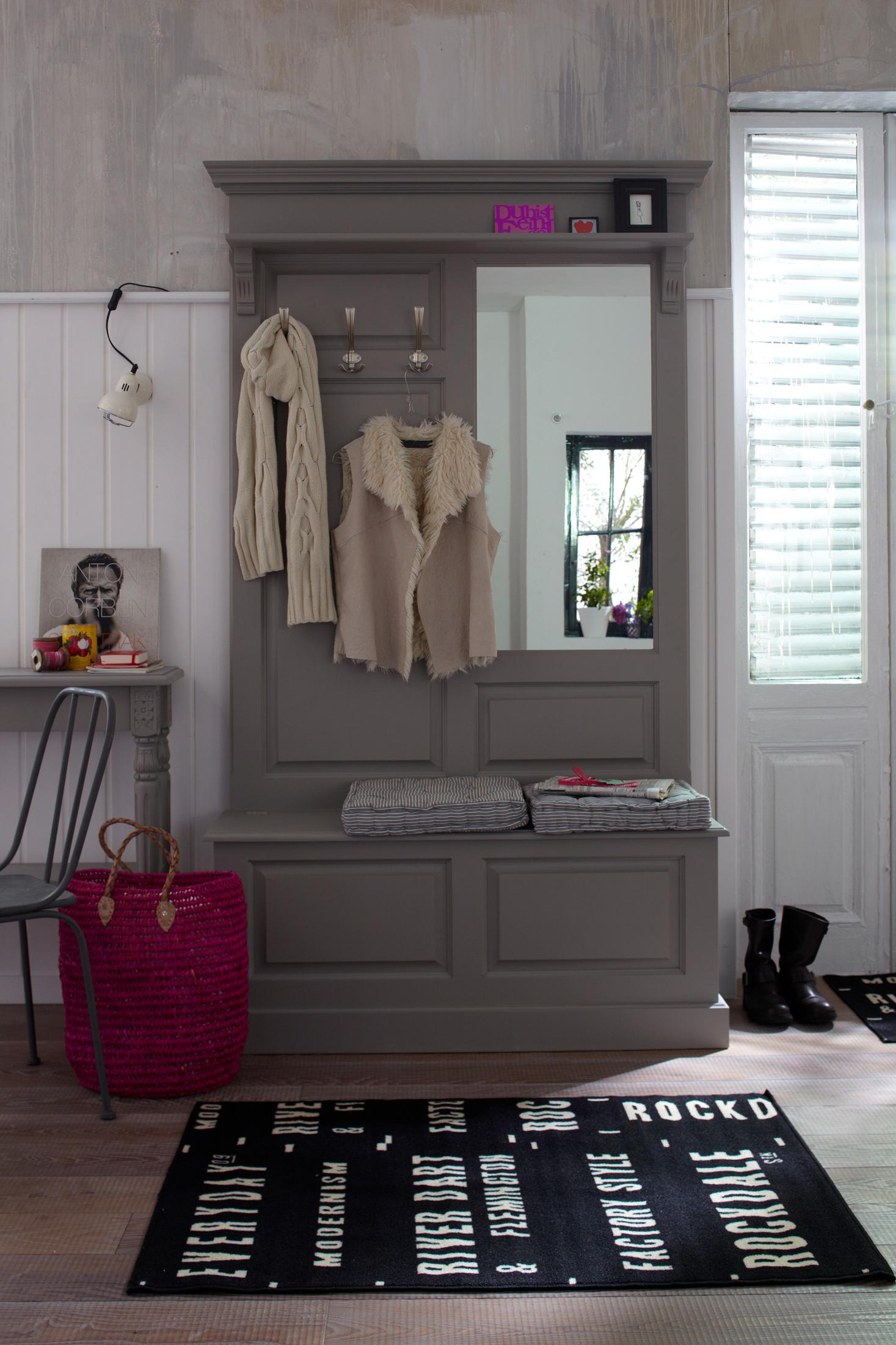 Holzgarderobe mit Spiegel #teppich #garderobe #holzg...