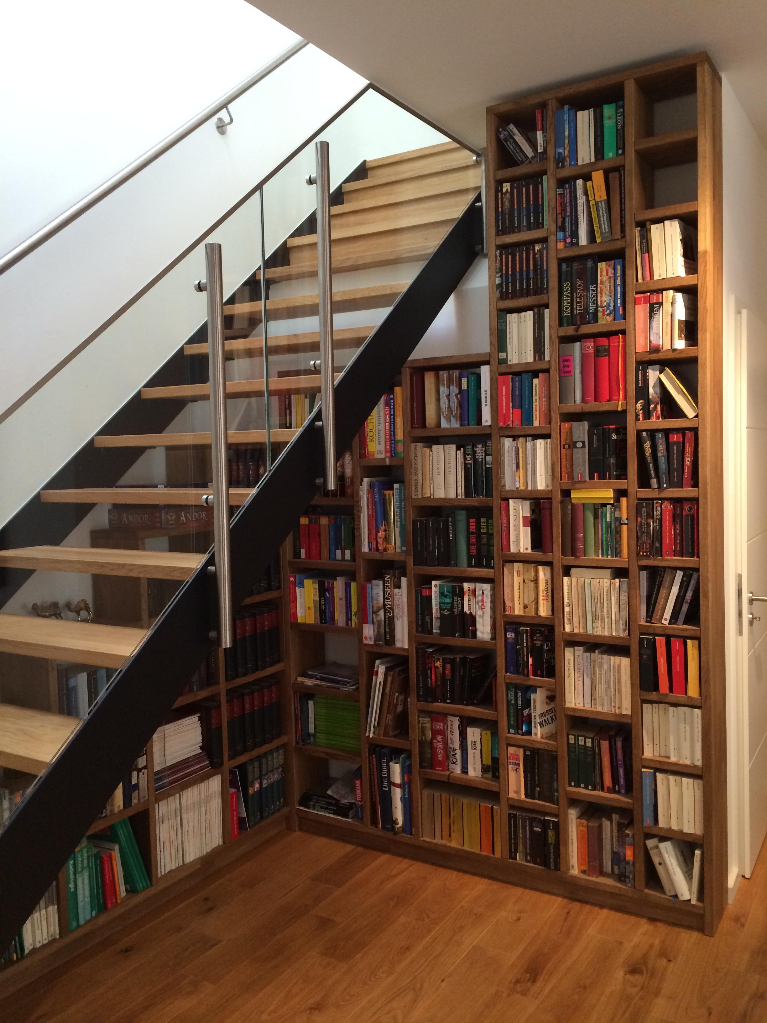 Holziger Platzsparer #regal #bücherregal #stauraum ©Pickawood