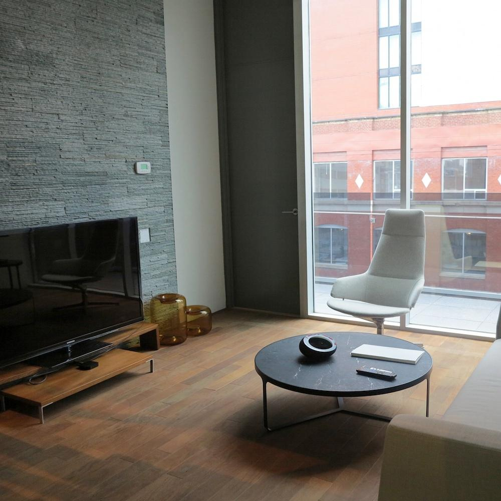 Home Staging #beistelltisch #wohnzimmer #sessel #steinwand #grauesteinwand  #fernsehtisch ©Rasa