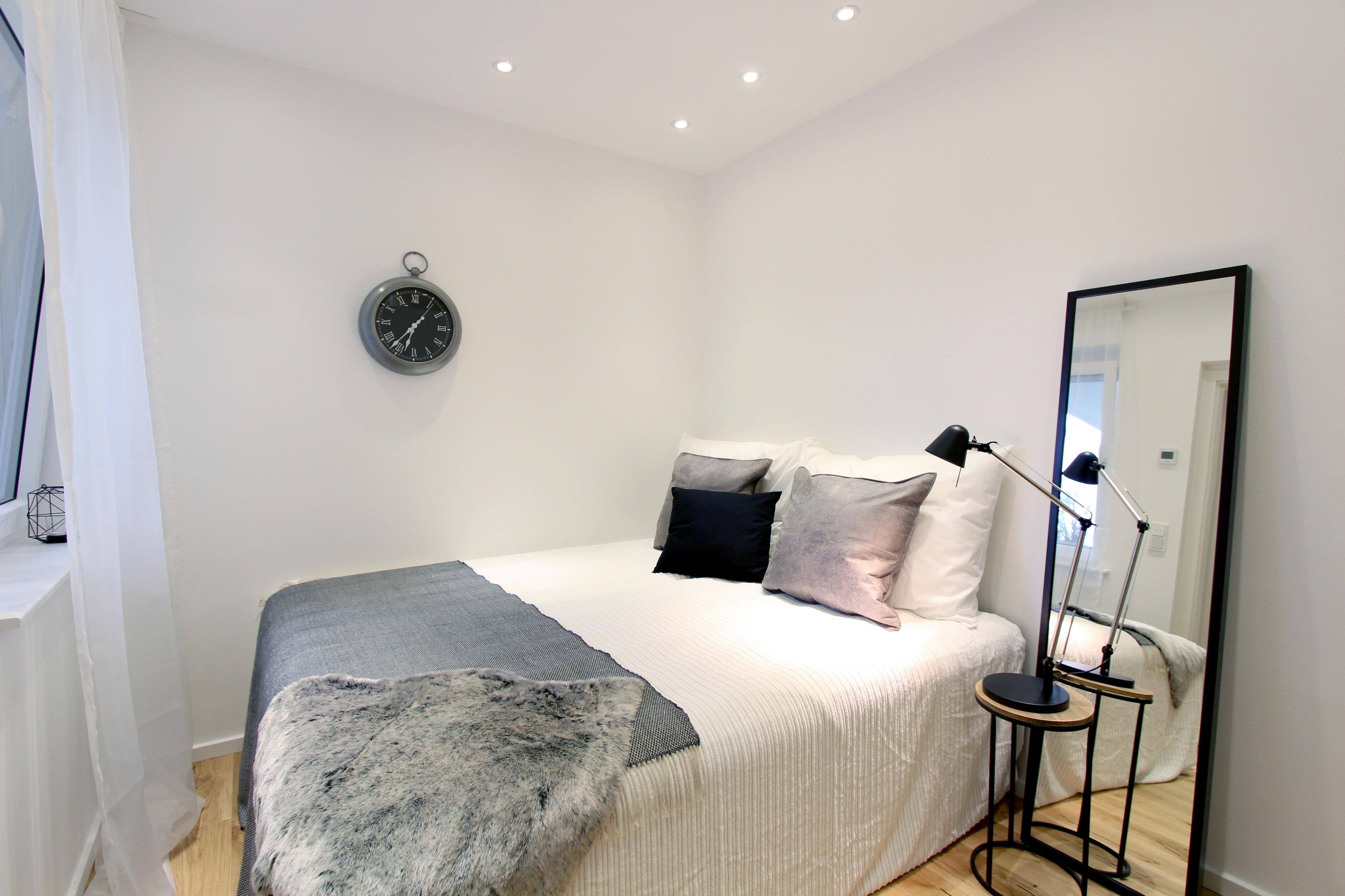 Home Staging Schlafzimmer Bett Nachttisch Ebenerd