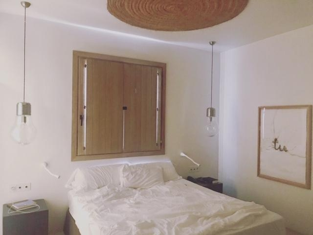Hotelroomgoals. #hotelroom #bed #mallorca #palma #shorttrip #minimalism #white #natural #lamps #lightroom