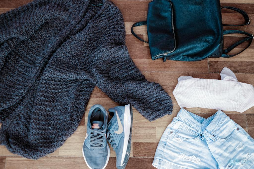 How to style... #cozy #offduty #look #woolencardigan #denimshorts #sneakers #backpack  #croptop #springoutfit #ootd