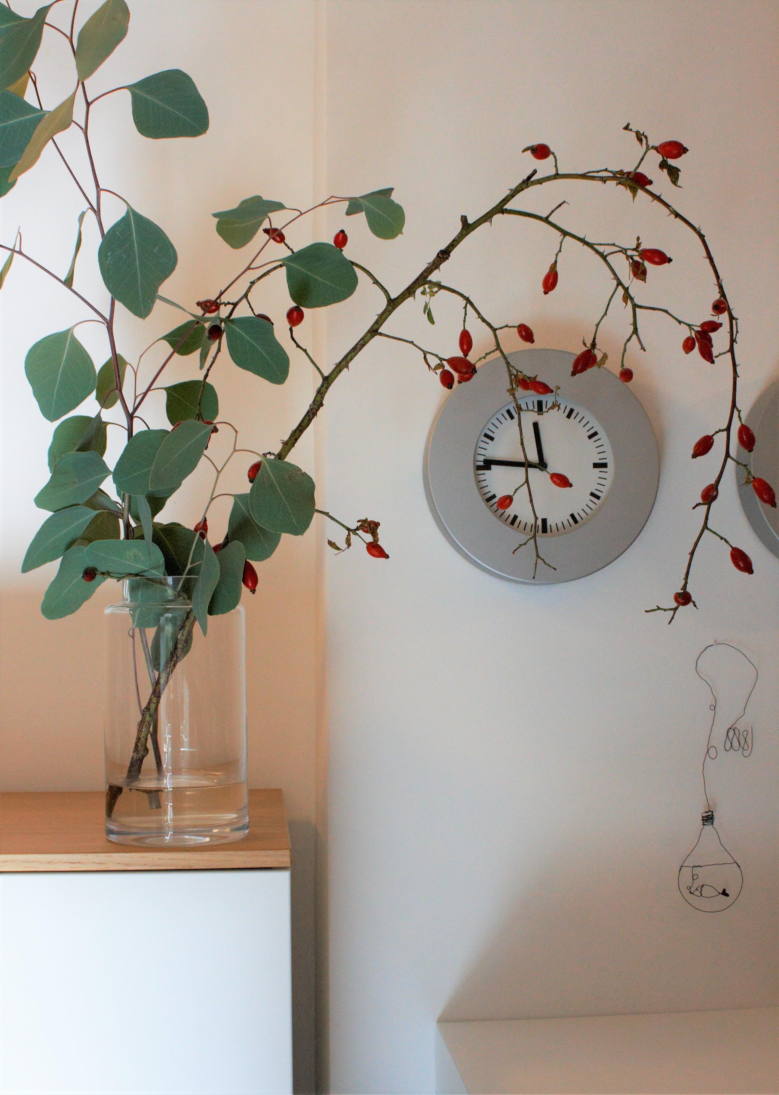 Ich Liebe Den Herbst In Der Vase Hagebutten Eukalyptus Zweige Herbstdeko  Uhr Drahtbild Gluehbirne Fisch 0837fdbb