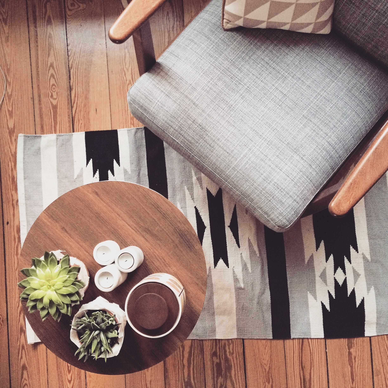 Ikeasessel Teppich Rundertisch Holzboden Grauer