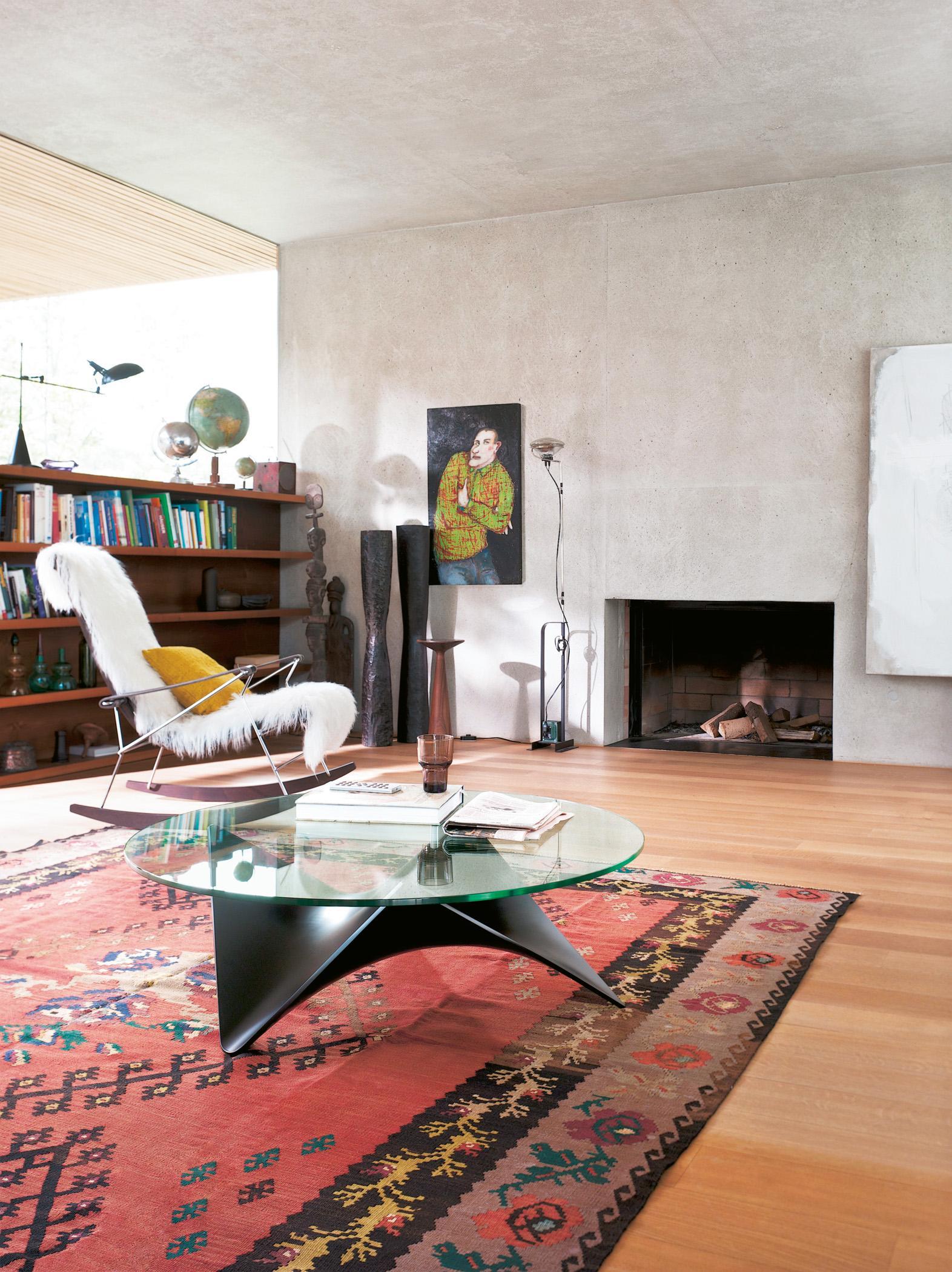 Industrial Design Trifft Retro #couchtisch #wandregal #kamin  #grauewandgestaltung #schaukelstuhl ©Draenert