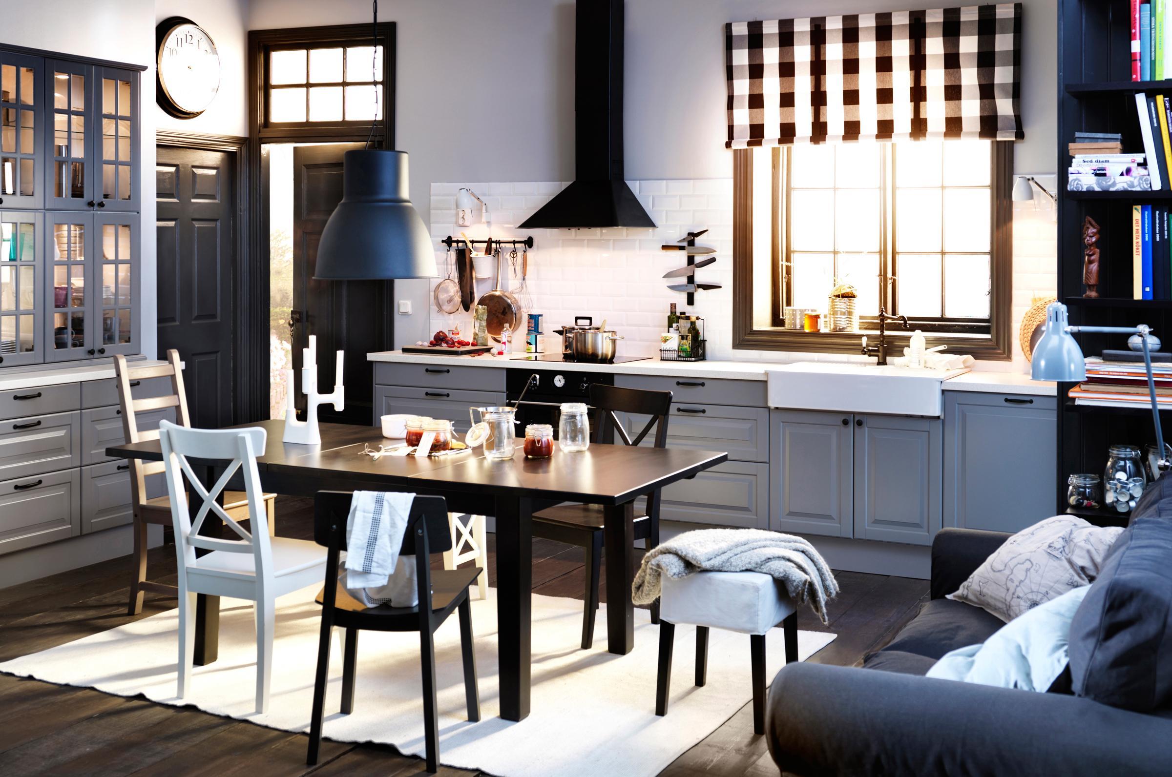 Industrieleuchte in schwarz weiß gestalteter küche