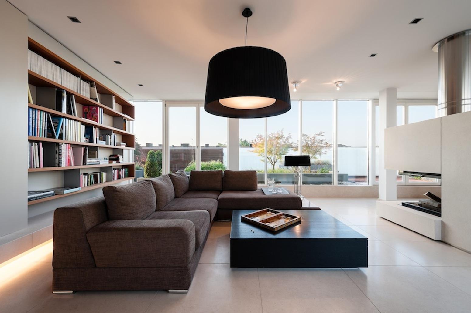 Innenarchitektur Rathke.de #couchtisch #bücherregal #sofa  #schwarzehängeleuchte #braunessofa #