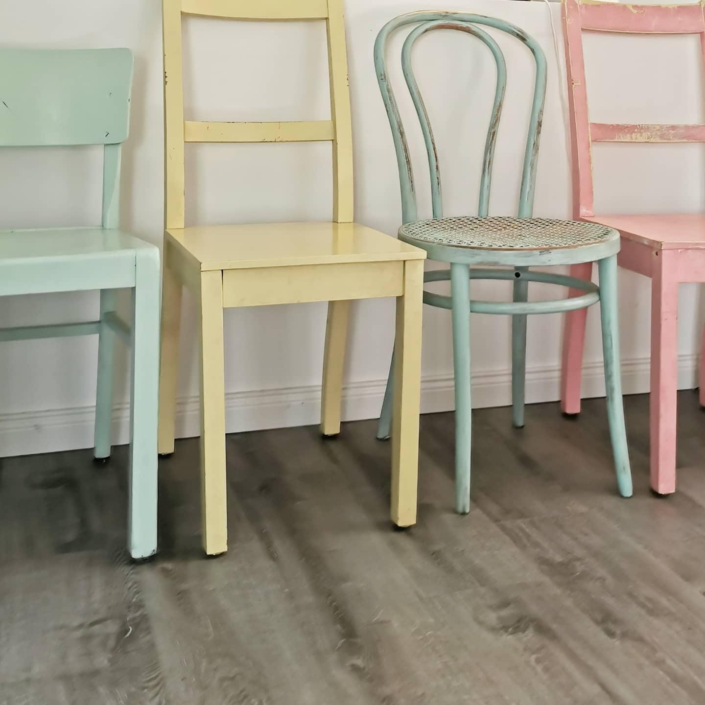 It's all about the mix! Unsere pastellige Stuhlparade #stilmix #stühle #pastell #chairs #colourfulinteriors