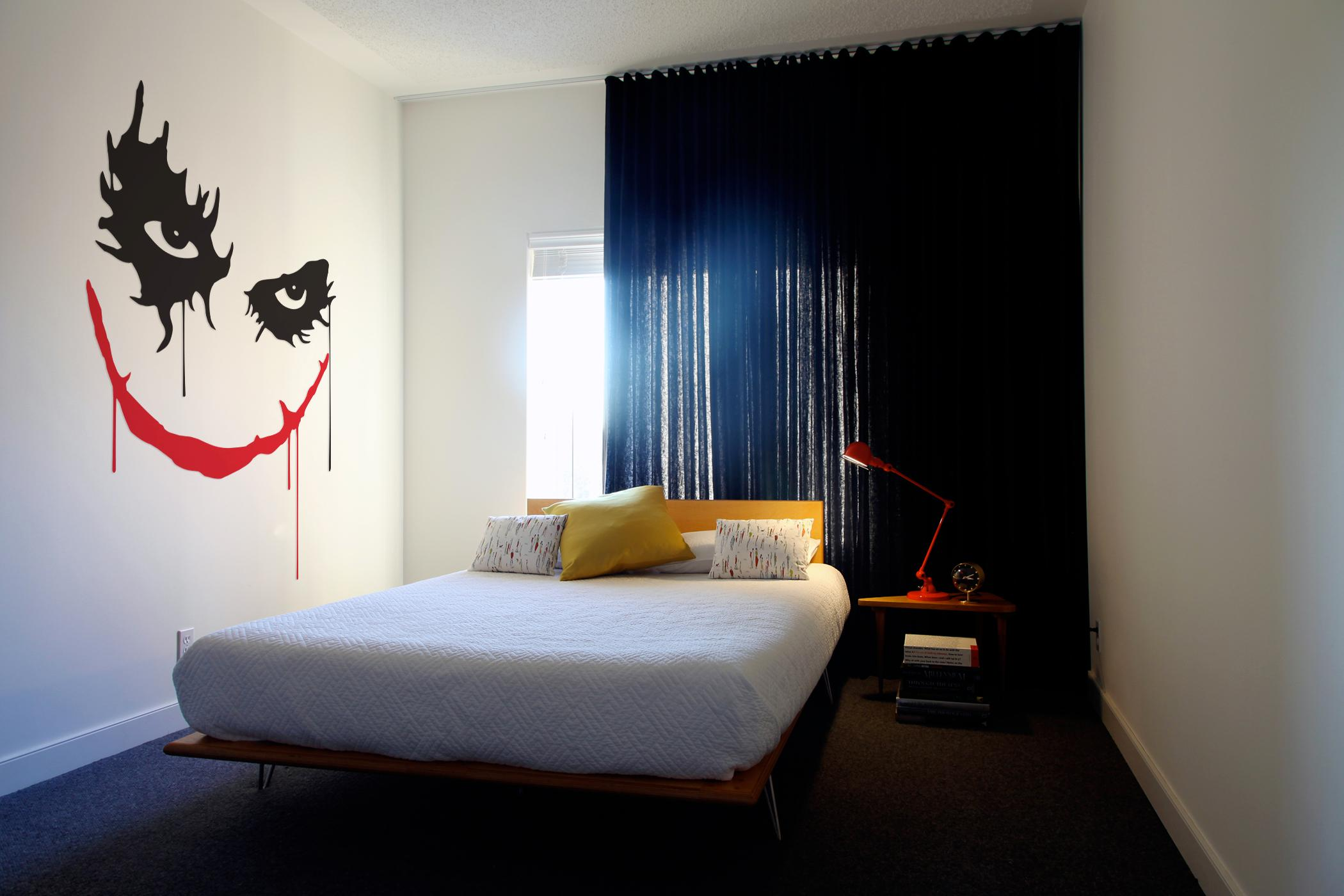 joker als wandtattoo auf wei er wand bett fototape. Black Bedroom Furniture Sets. Home Design Ideas