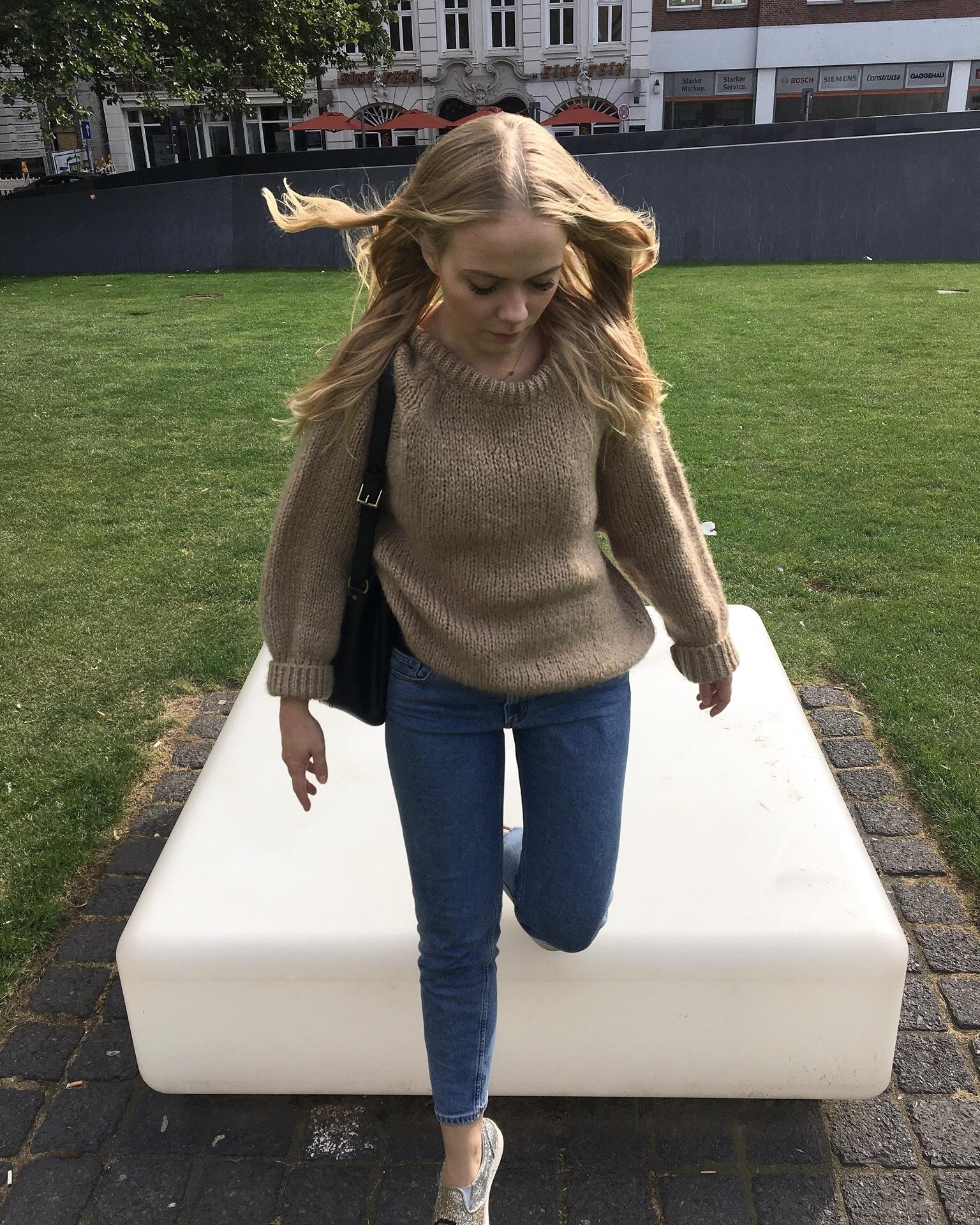 Jumping with my jumper #strickpulli #pullover #camel #jeans #glitzer #fashion