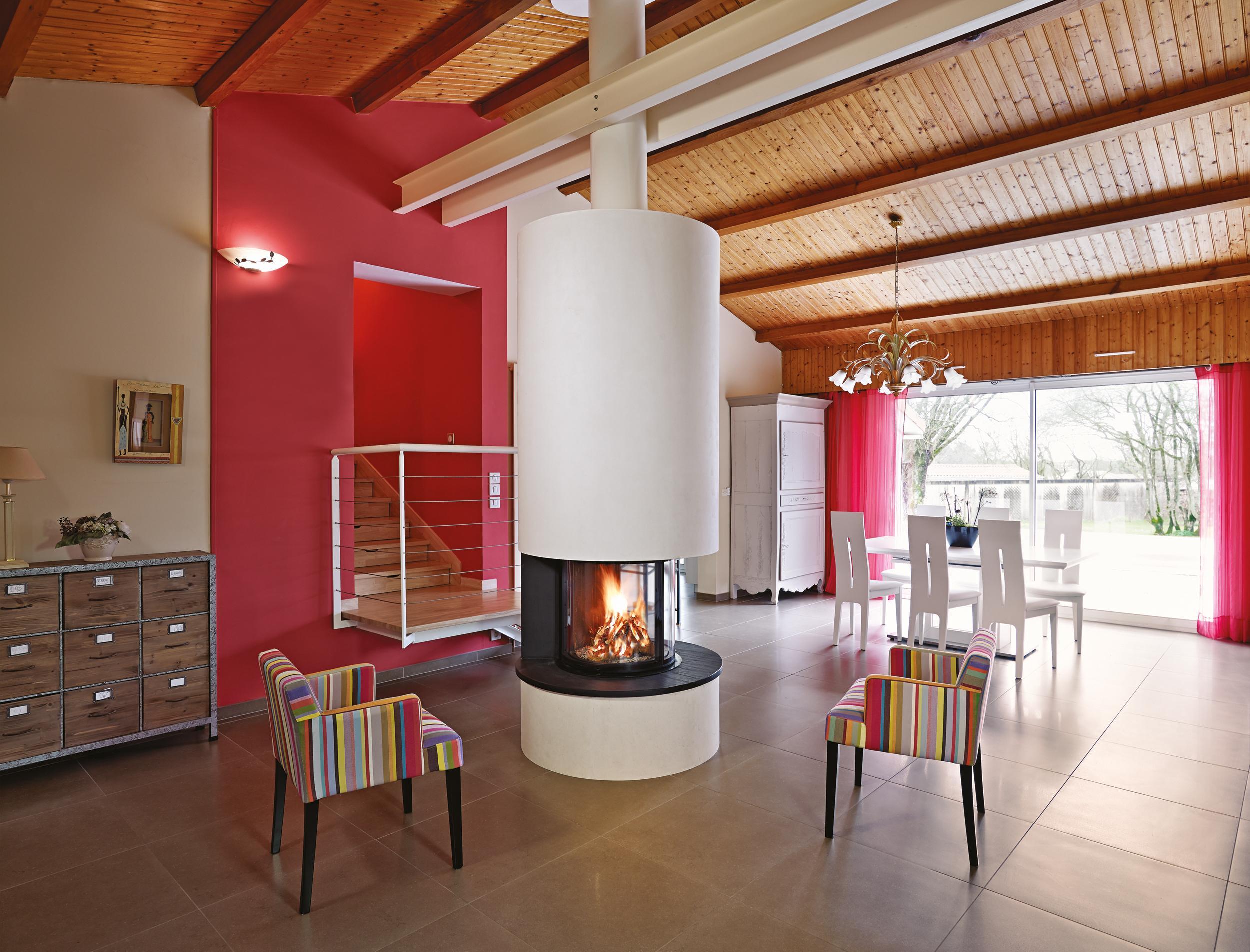 Kaminofen Fr Ein Gemtliches Wohnzimmer Fensterfront Kamin Holzdecke Rotewandfarbe
