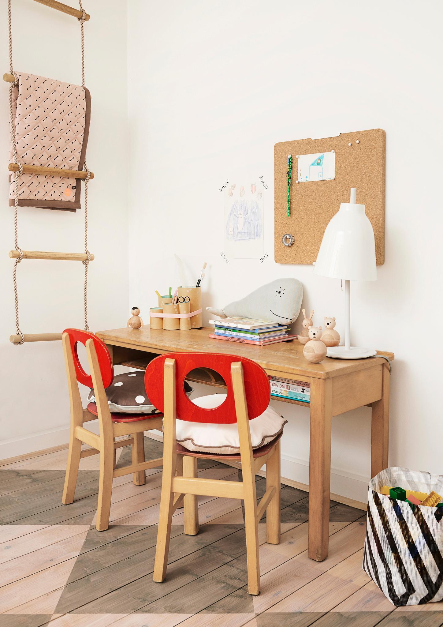 kindertisch f r zwei holzm bel schreibtisch schre. Black Bedroom Furniture Sets. Home Design Ideas