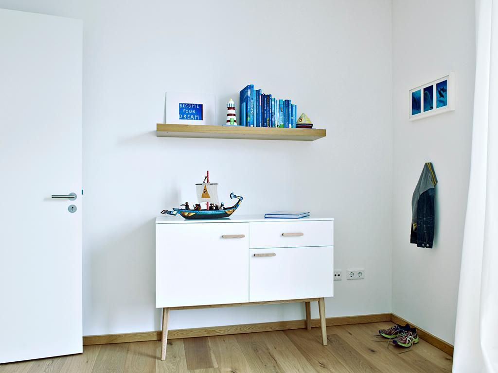 Kinderzimmer in Weiß mit viel natürlichem Holz #rega... • COUCHstyle | {Kinderzimmer weiß 93}