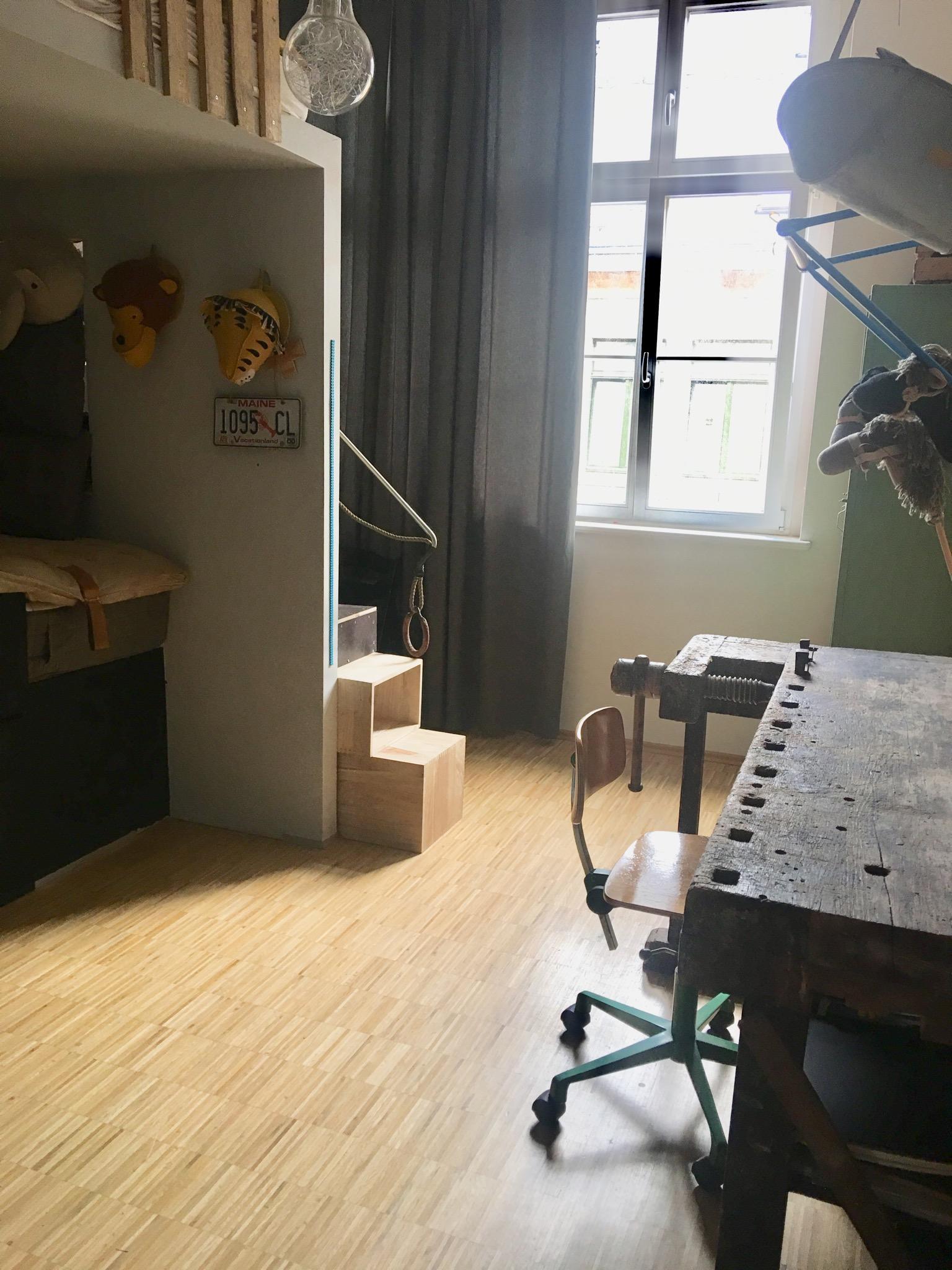 #Kinderzimmer Mit #Hobelbank#Hochbett#Sprossenwand Und Altem #Spint Als  Kleiderschrank