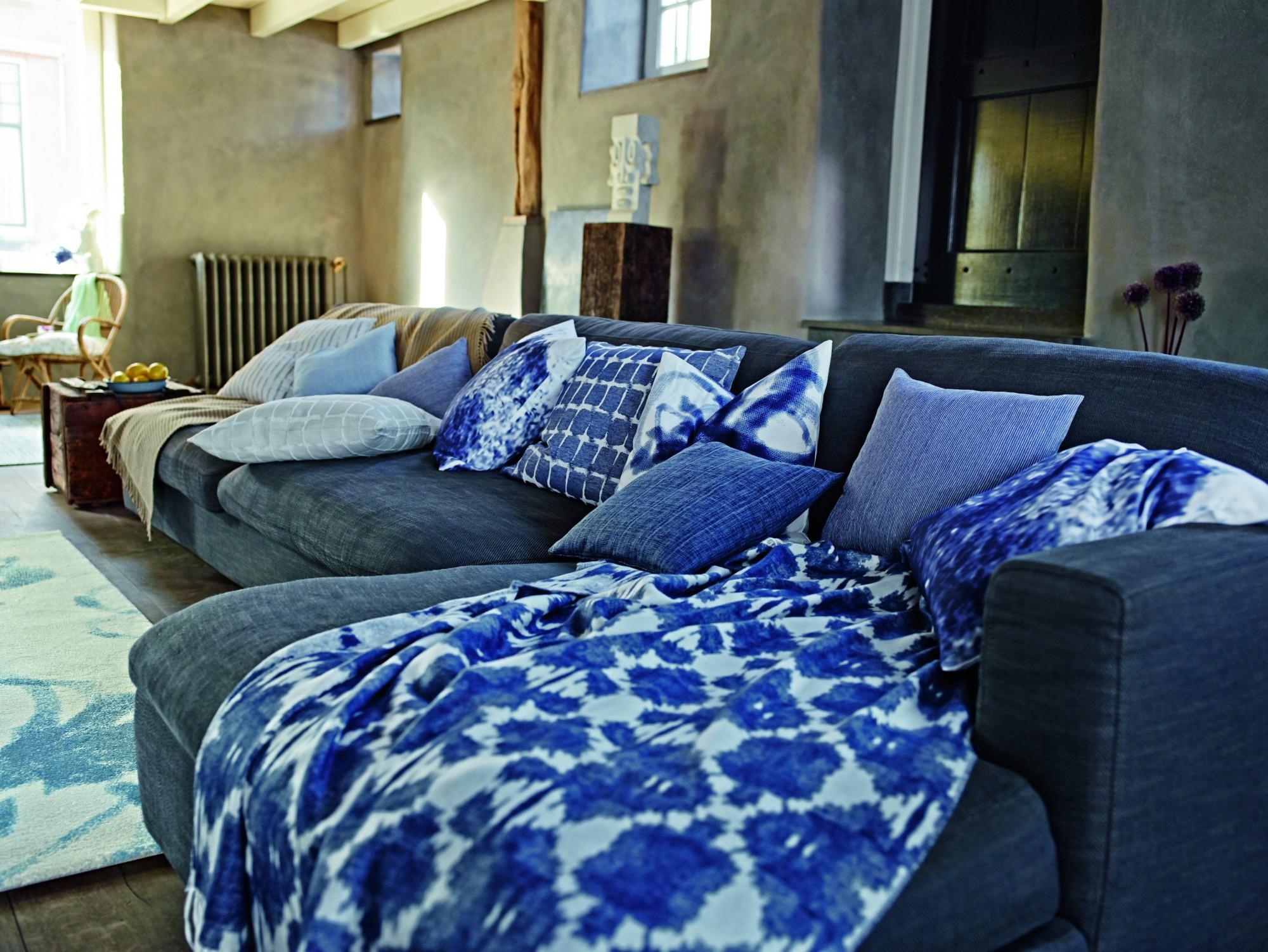 kissen und tagesdecke mit batik muster tagesdecke. Black Bedroom Furniture Sets. Home Design Ideas