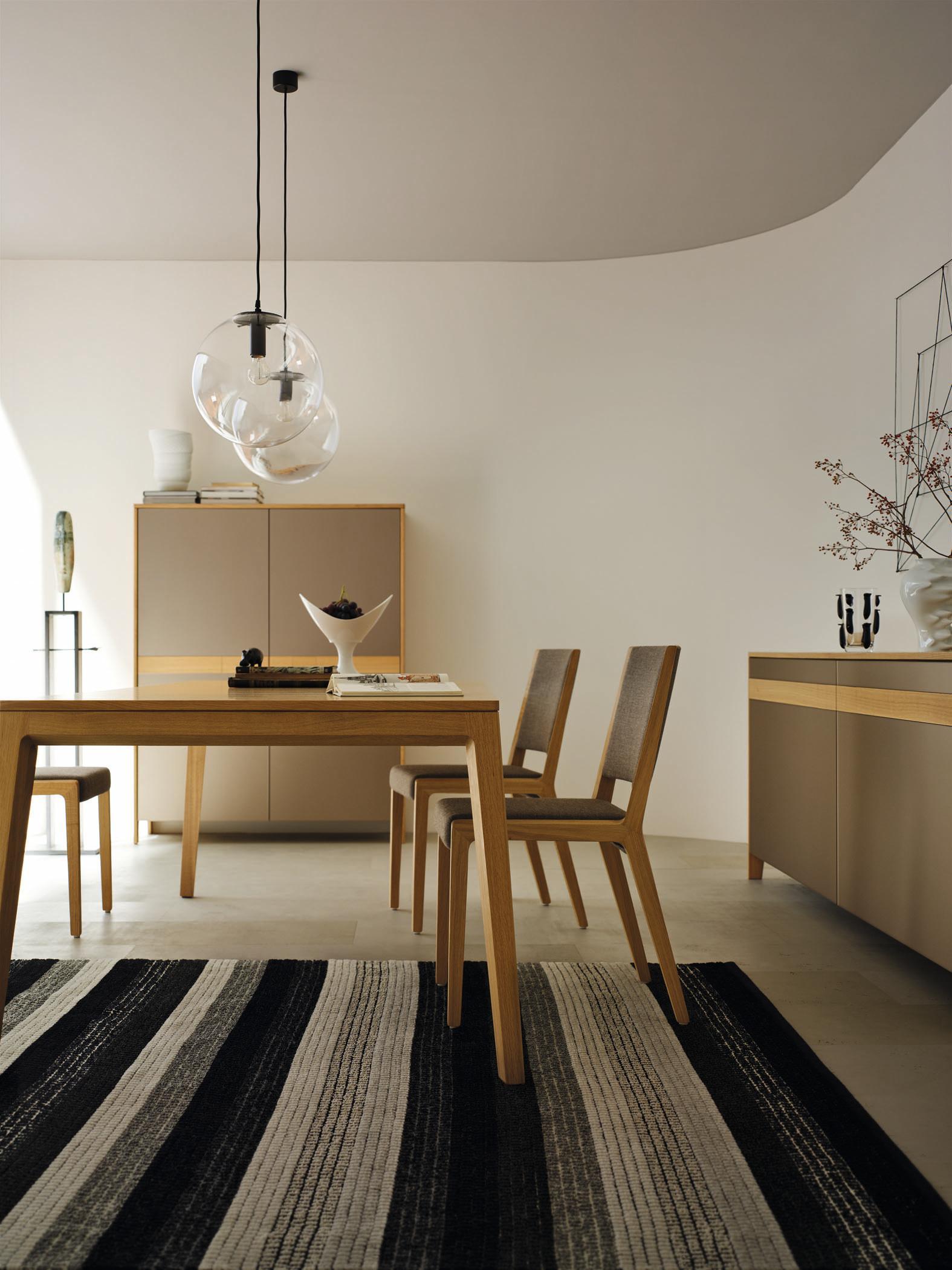 Klassisches Esszimmer In Grau #stuhl #holztisch #teppich #esstisch #schrank  #kommode
