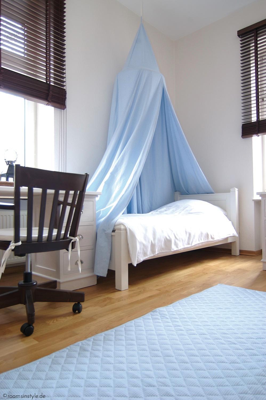 Klassisches Kinderzimmer Bett Schreibtisch Teppic
